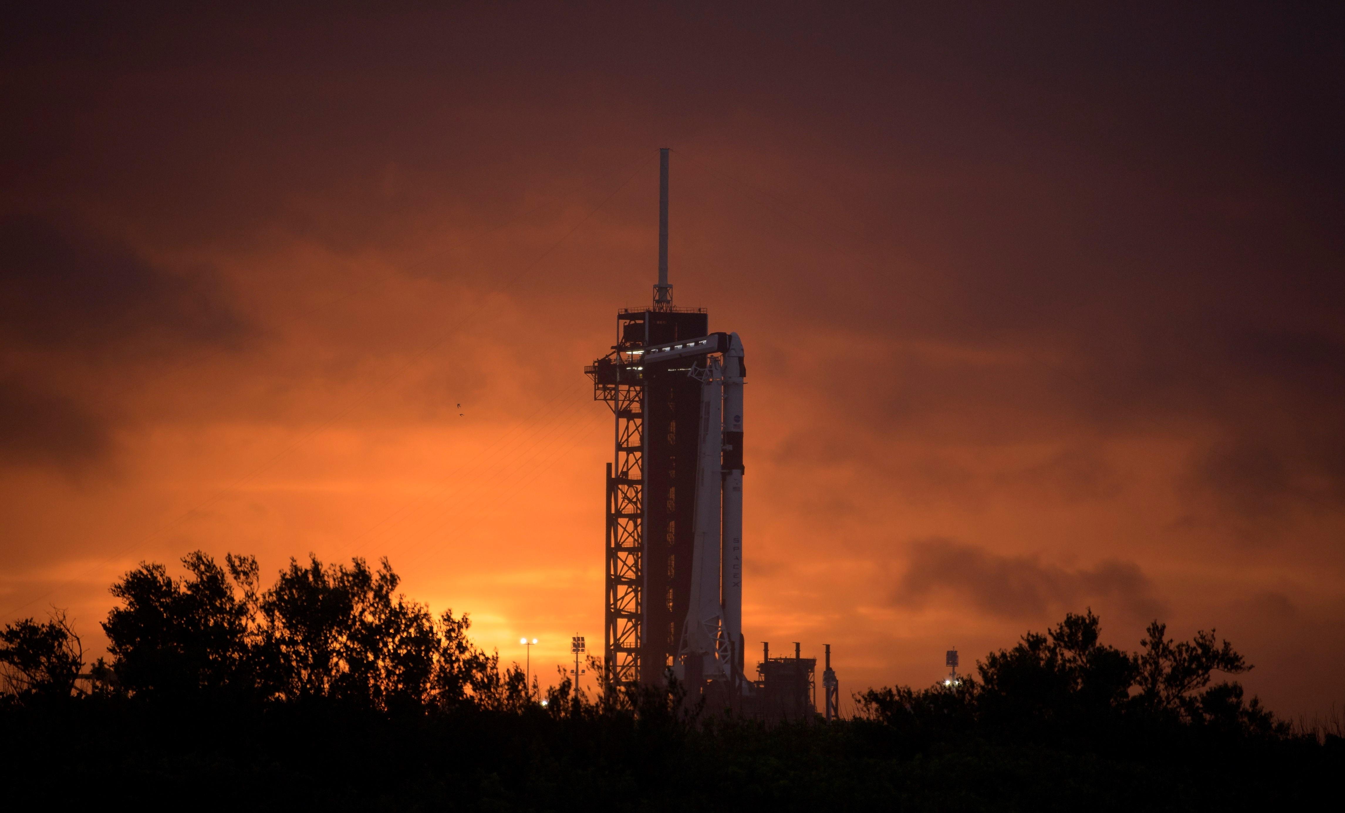 El cohete SpaceX Falcon 9, la nave Crew Dragon acoplada y todo listo para el histórico lanzamiento en el Centro Espacial Kennedy de la NASA en Florida (EFE/EPA/NASA/Bill Ingalls)