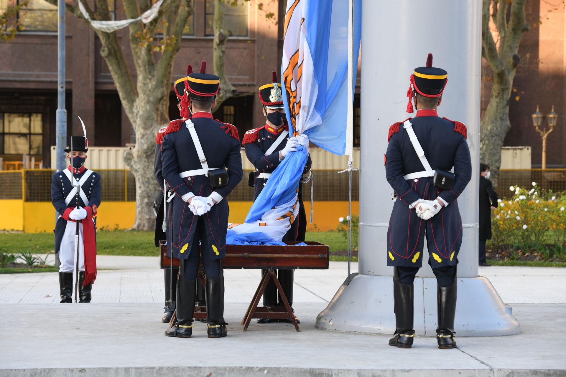 Los granaderos, a cargo de custodiar la bandera argentina