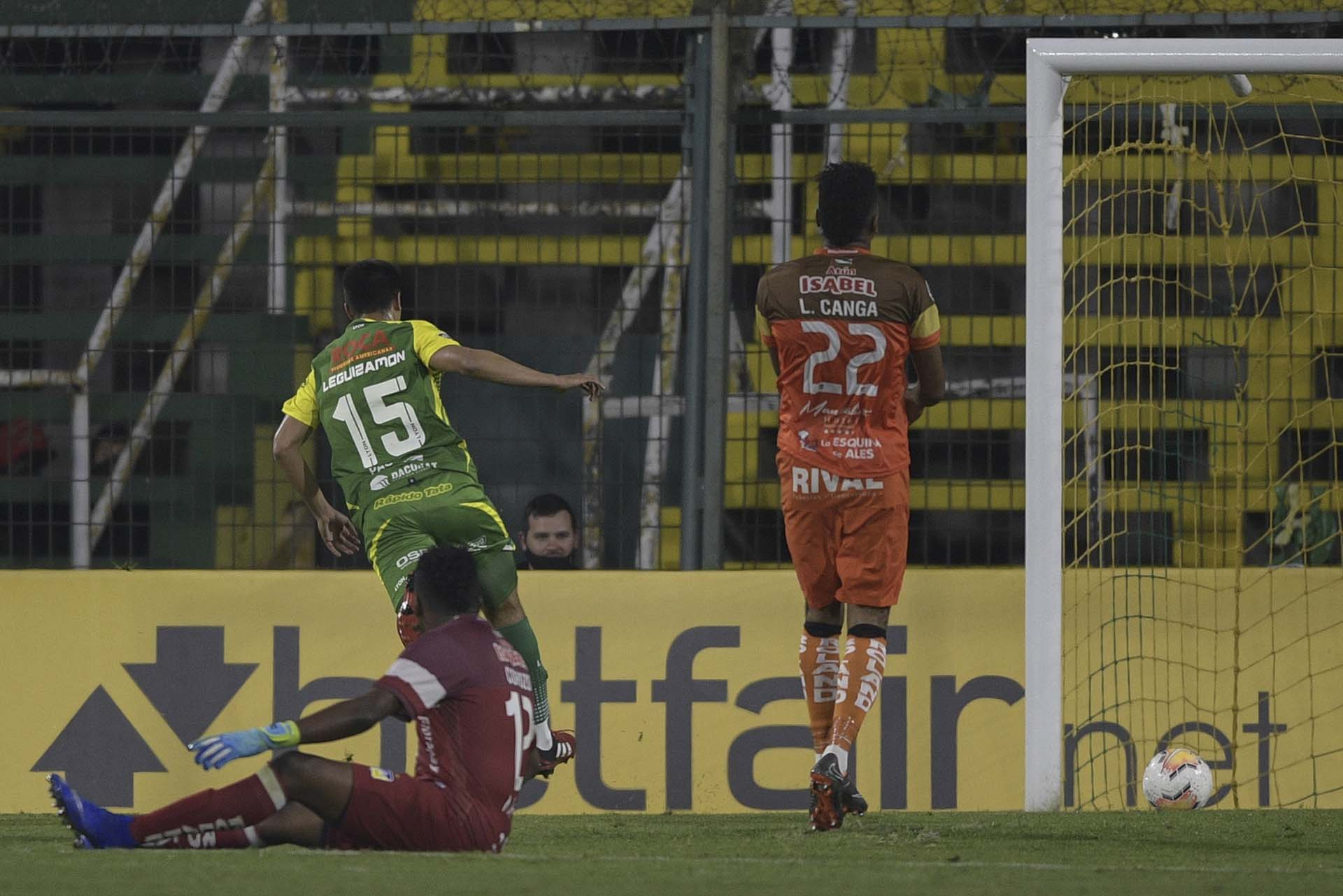 Nicolás Leguizamón celebra el tercer gol de Defensa y Justicia ante Delfín (JUAN MABROMATA / POOL / AFP)