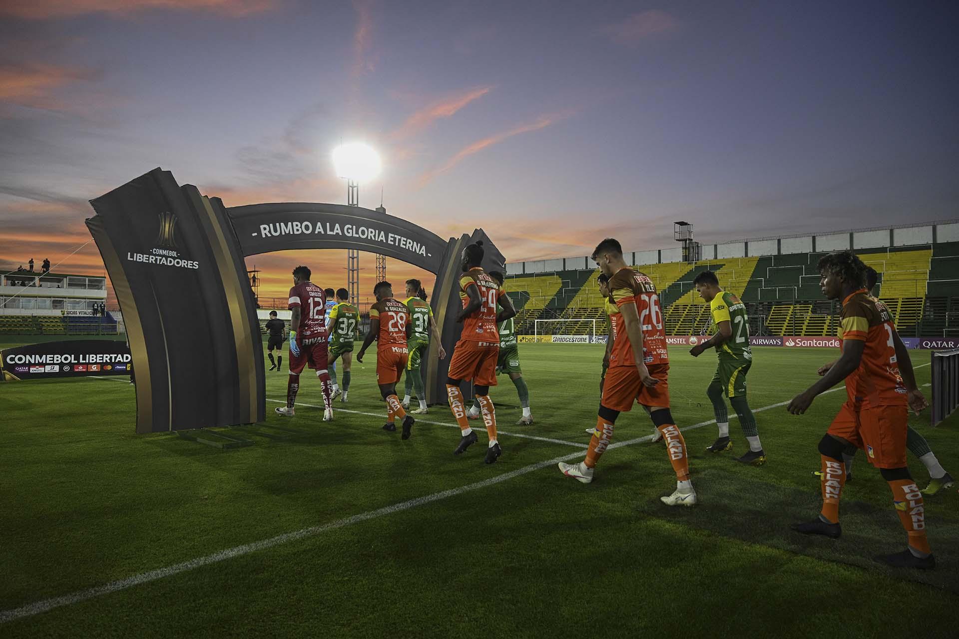 El ingreso de los equipos al estadio de Defensa y Justicia (JUAN MABROMATA / POOL / AFP)