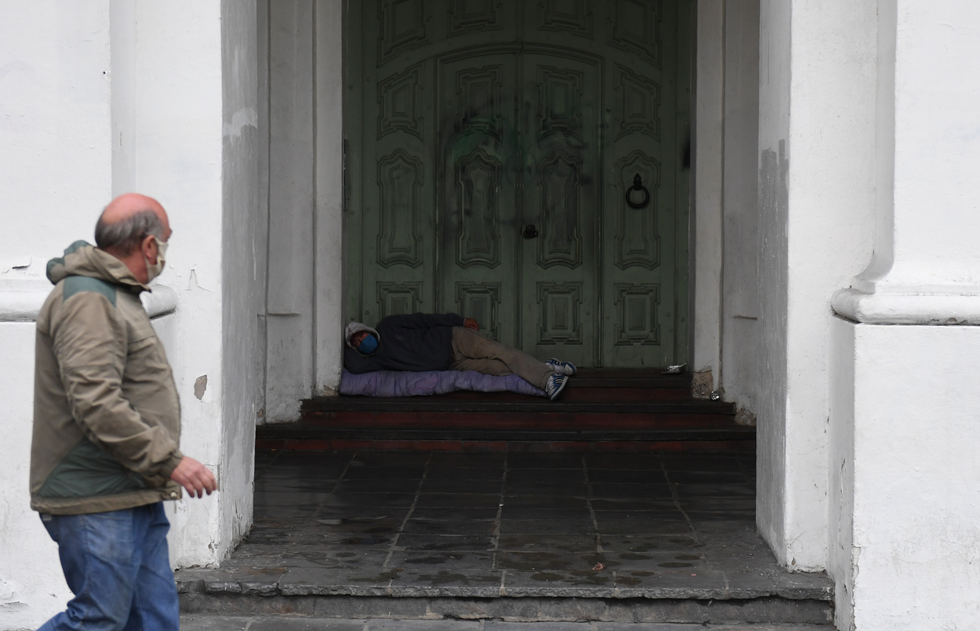 A pesar de que están suspendidos los desalojos tanto en viviendas como en hoteles por falta de pago durante la pandemia, muchos lugares echan a sus clientes, tal como fue el caso de Macrino, lo que incrementó también la cantidad de personas