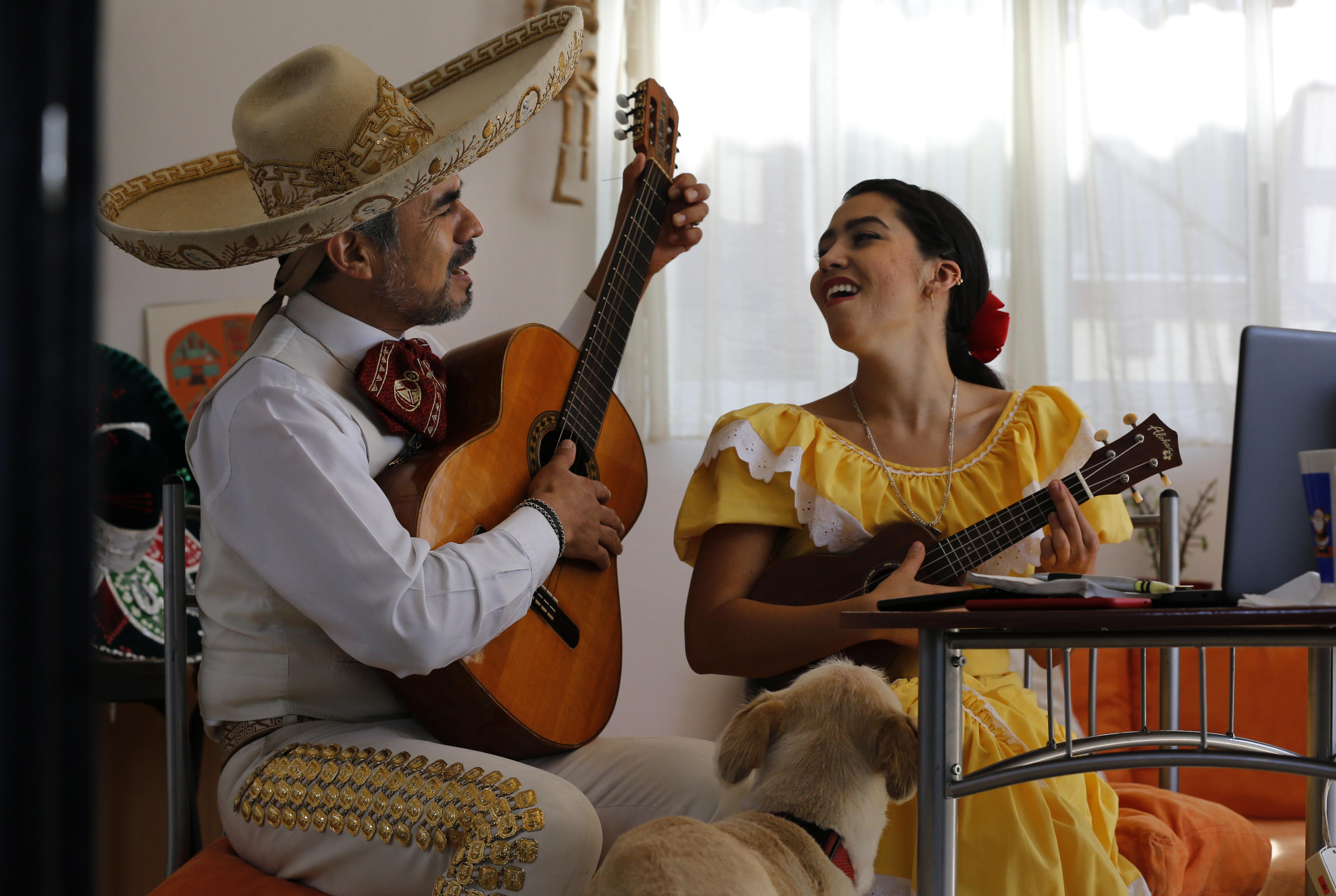 El dúo cobra el equivalente de 30$ por serenata. (Foto: AP/Marco Ugarte)