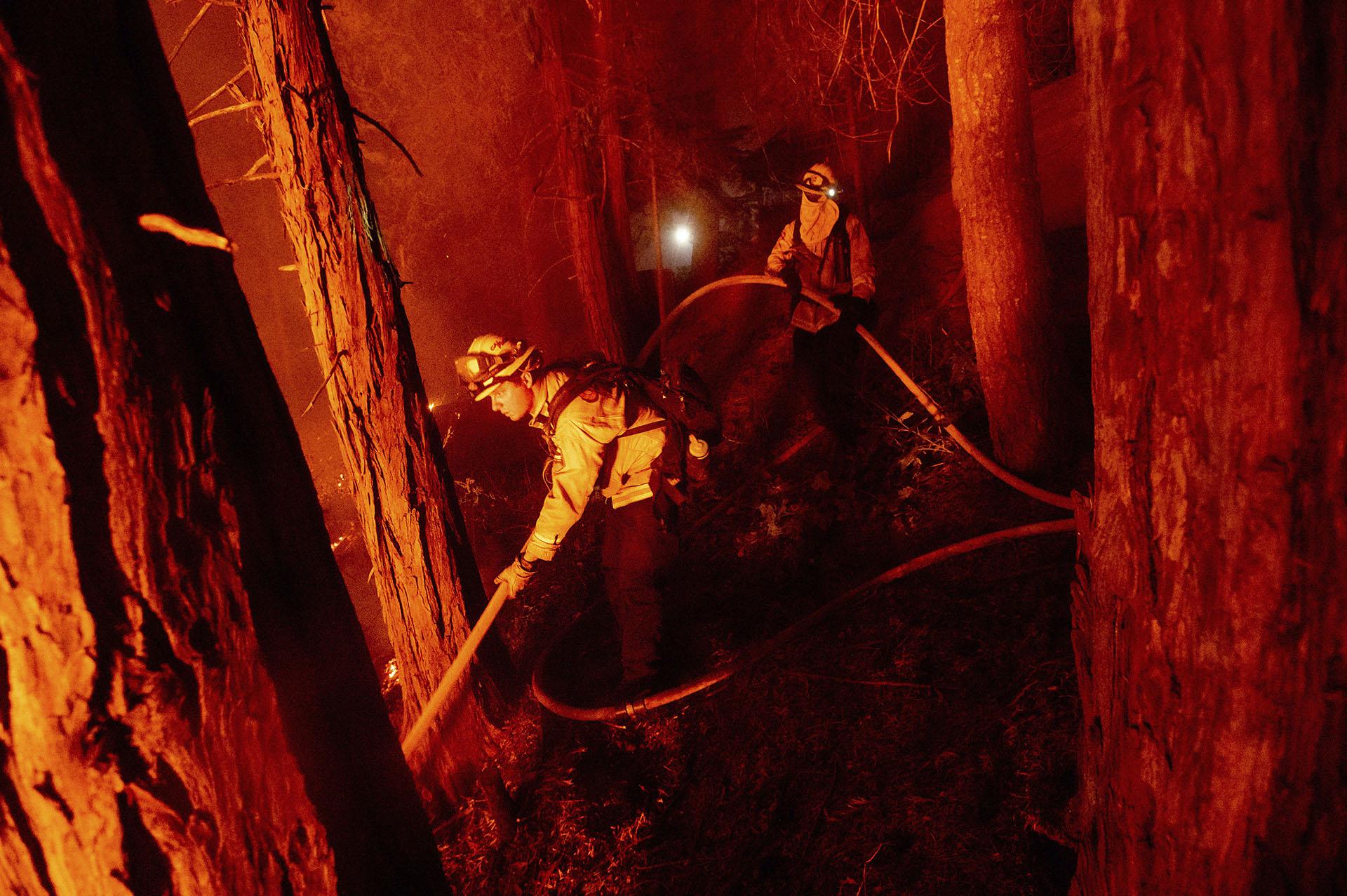 El récord de dos millones de acres destruidos llega en momentos en que la temporada de incendios forestales todavía tiene aproximadamente dos meses para el final en el estado más poblado de Estados Unidos. Mientras tanto, miles de bomberos luchaban contra las llamas durante una ola de calor abrasador. (AP/Noah Berger)