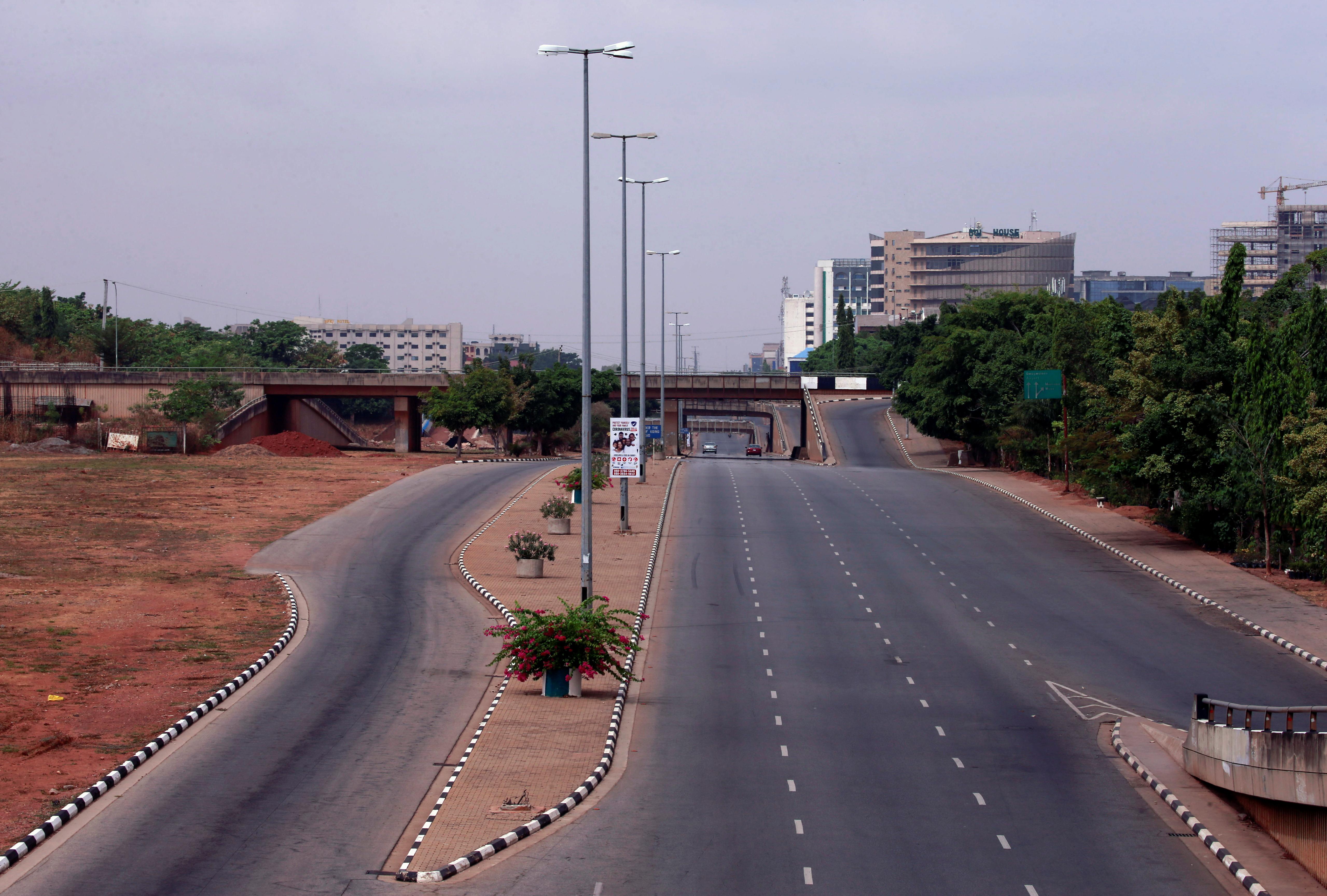 Calles vacías, postales que se repiten a lo largo y ancho del mundo por el COVID-19, inclusive en los países más poblados del mundo, en este caso en Abuja, Nigeria (REUTERS/Afolabi Sotunde)
