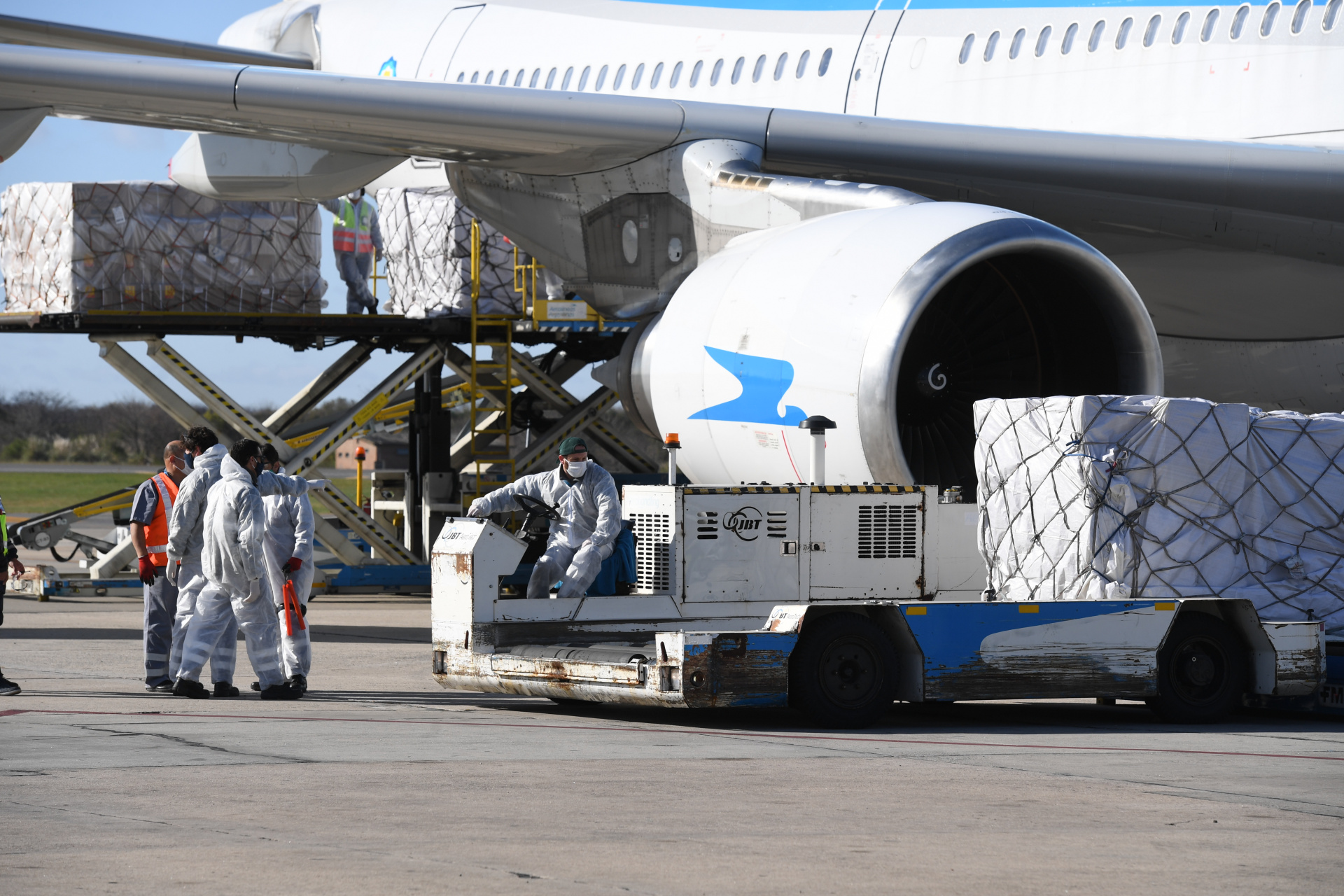 Aeropuertos Argentina 2000 dispuso un espacio de 860 metros cuadrados a disposición de Cruz Roja Argentina dentro del predio de la Unidad de Negocios Terminal de Cargas Argentina (TCA), en Ezeiza, con el objetivo de facilitar el almacenaje de insumos médicos importados