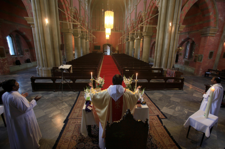 El reverendo Shahid Mehraj Dean oficia una misa online por Pascuas en Lahore, Pakistan (REUTERS/Mohsin Raza)