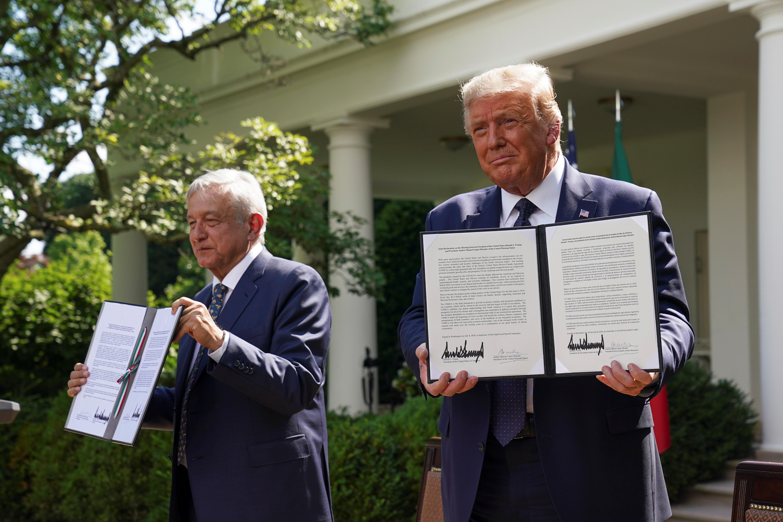 El presidente de los Estados Unidos, Donald Trump, sostiene una declaración conjunta que firmó con el presidente de México, Andrés Manuel López Obrador, en el Rose Garden de la Casa Blanca en Washington, EE. UU., 8 de julio de 2020. (Foto: REUTERS / Kevin Lamarque)