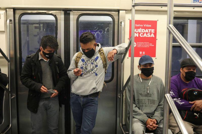 Personas utilizando mascarillas en medio del brote de coronavirus dentro del Metro de la Ciudad de México , Junio 15, 2020. Foto: Reuters.