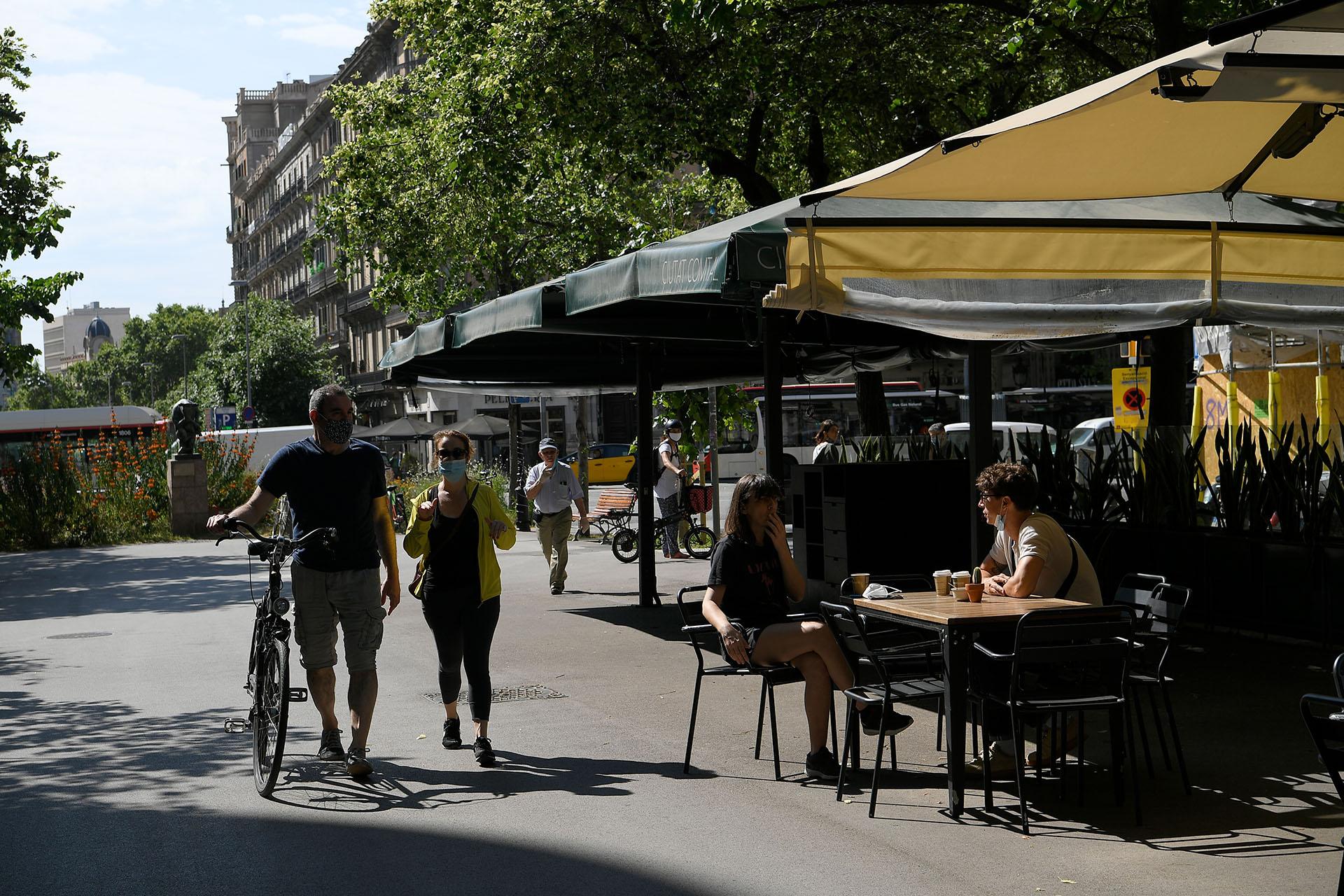 Los bares de las Ramblas de Barcelona, llenos. La crisis económica ya es de hecho una realidad en Europa, que como el resto del mundo espera una recesión gigantesca, y que promete nuevos y complicados episodios. (LLUIS GENE / AFP)