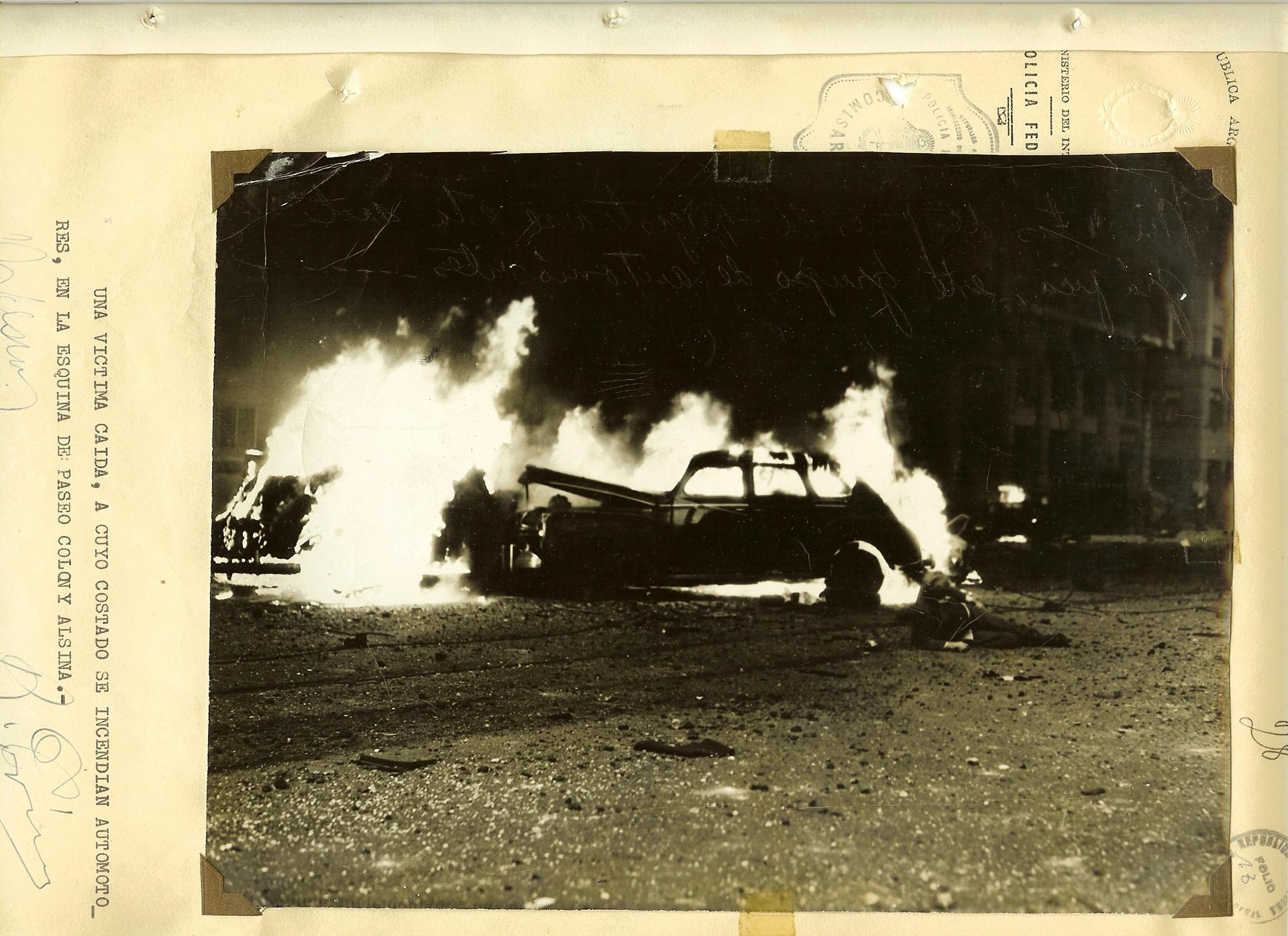 Un auto incendiado y una de los centenares de víctimas de los bombardeos sobre civiles, policías e integrantes del Ejército.