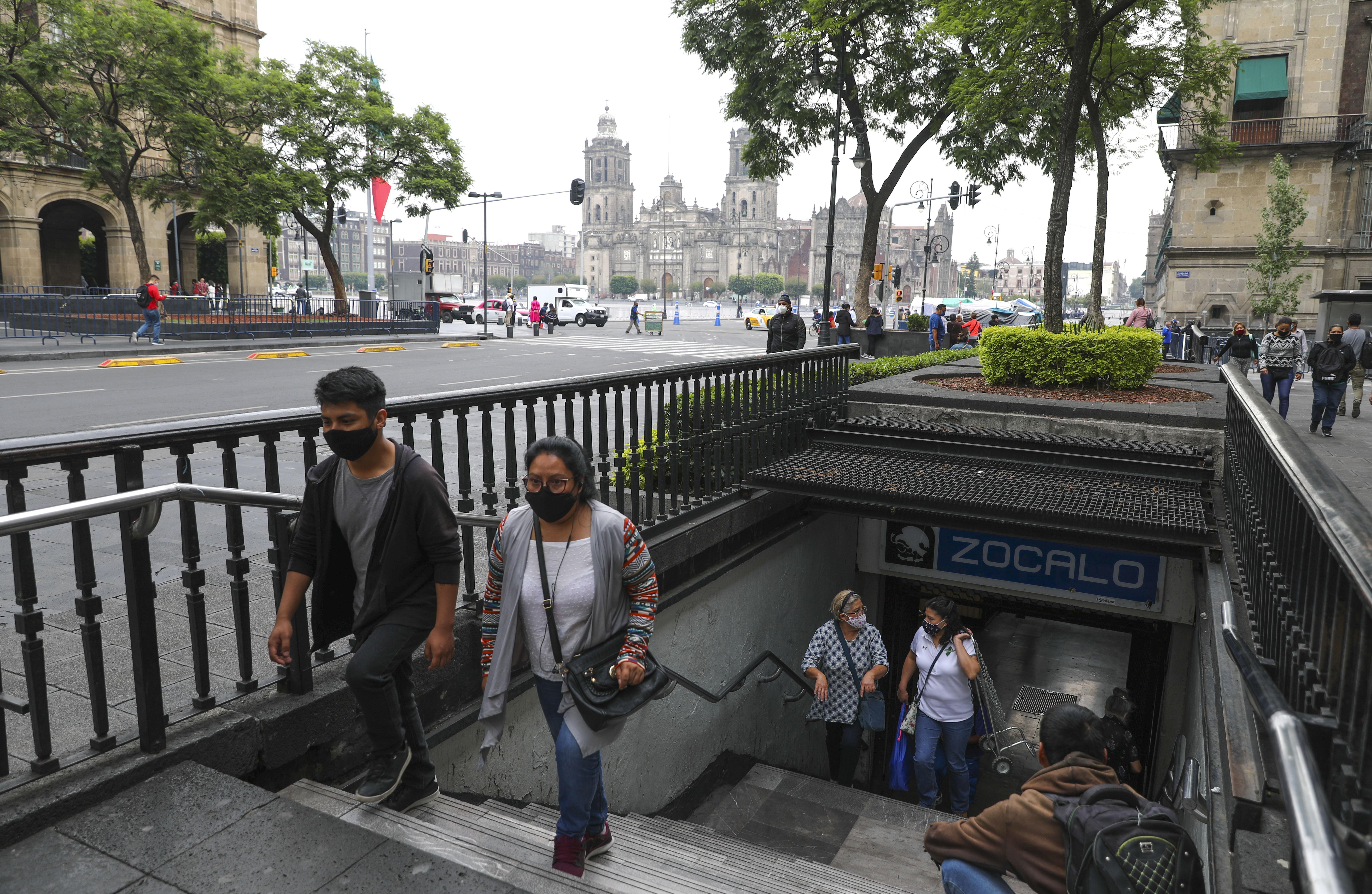 Las personas que usan máscaras faciales para frenar la propagación del nuevo coronavirus salen de la estación de metro Zócalo en la Ciudad de México, el lunes 29 de junio de 2020. (Foto AP / Eduardo Verdugo)