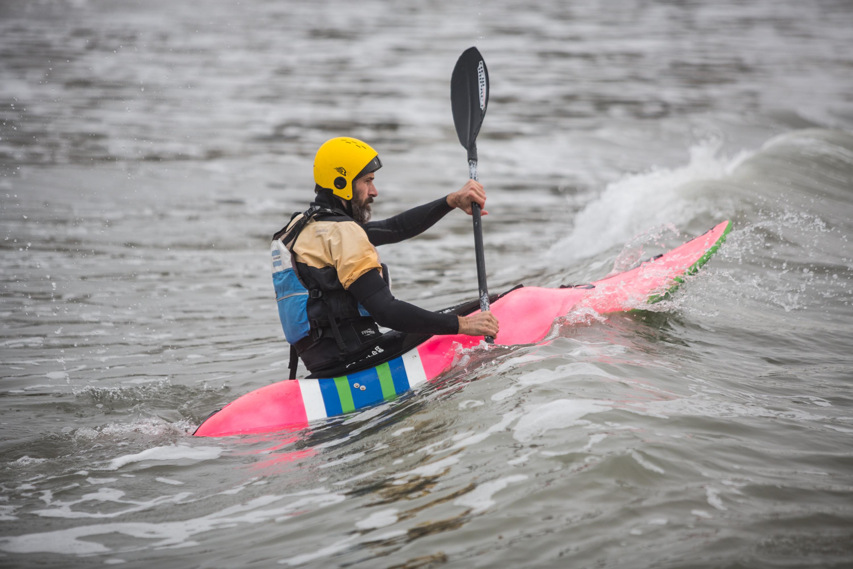 Un kayakista sortea una ola del mar Argentino.