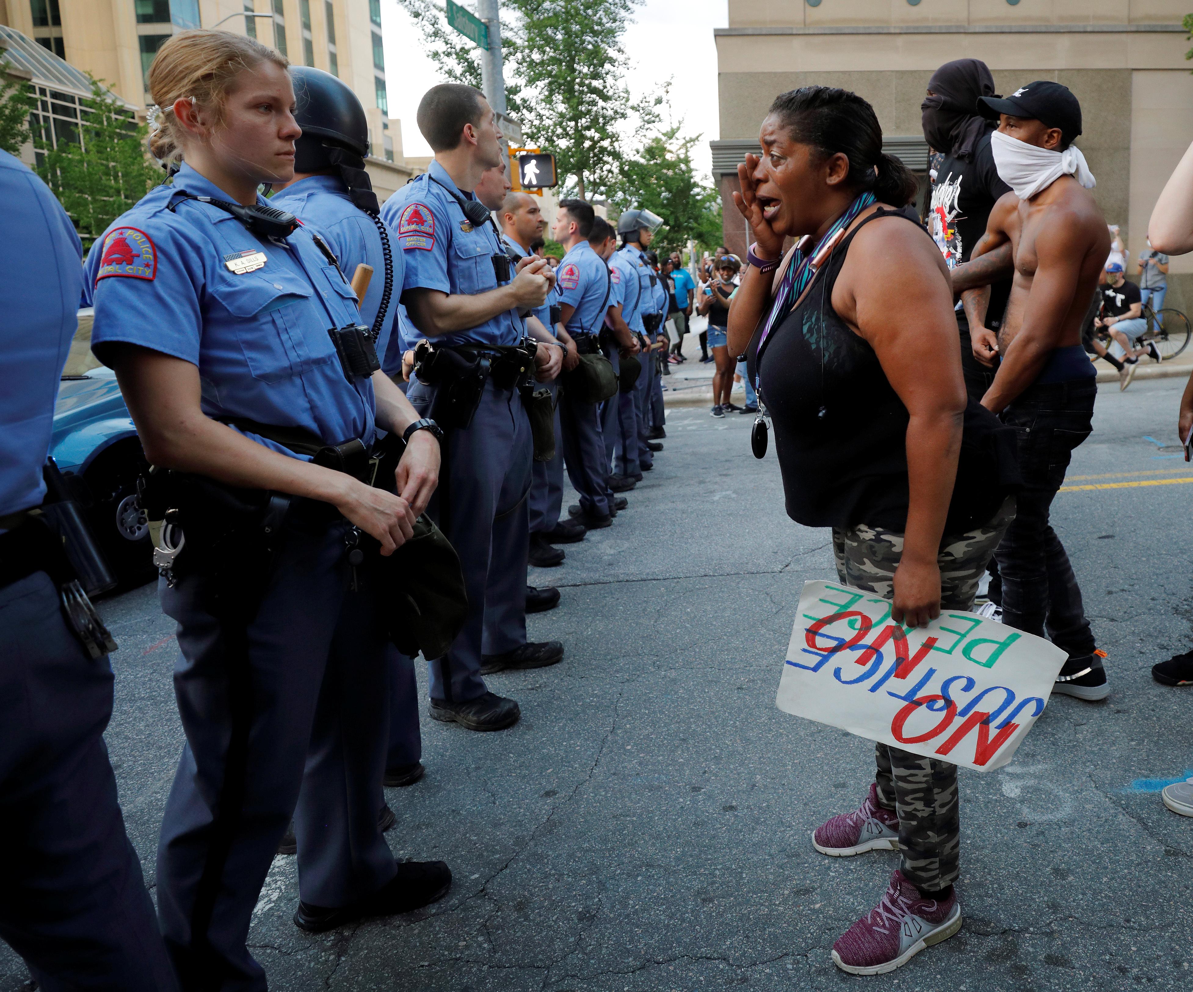 Los manifestantes discuten con oficiales que resguardan la protesta