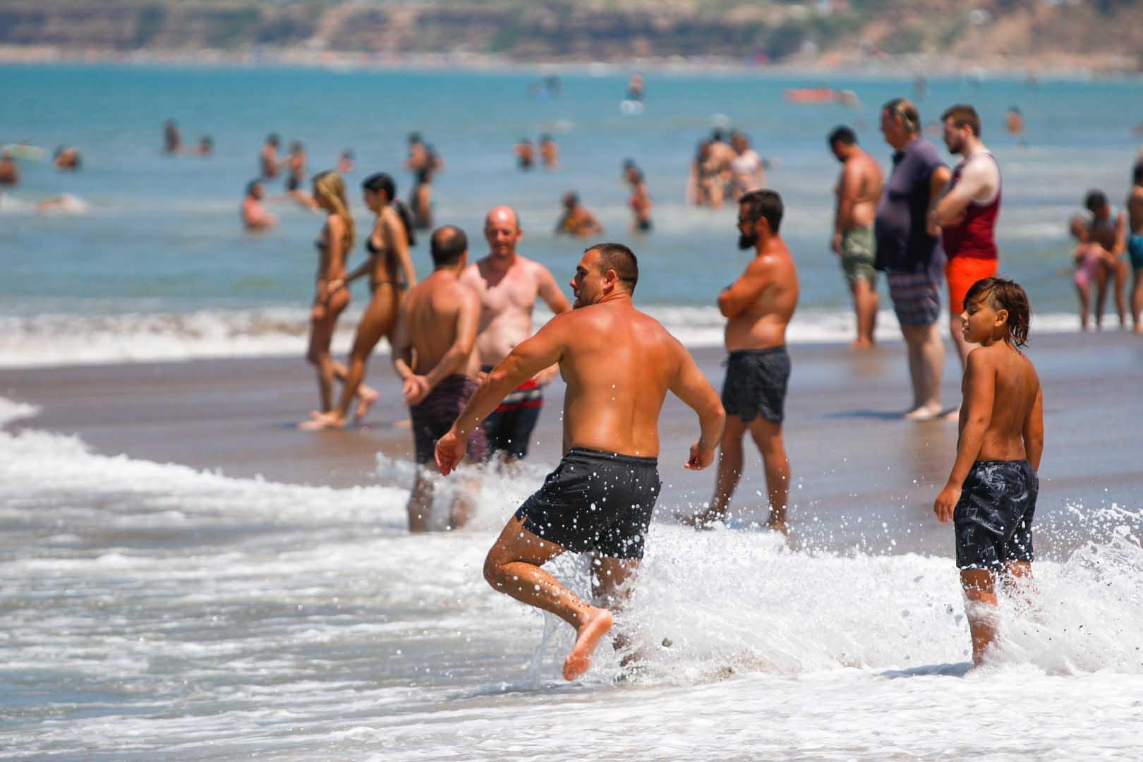 Comer en la playa también varía según los balnearios. En general, según constató Infobae, una pareja puede almorzar por una suma que oscila entre los $1.200 y $1.700. Para una familia tipo, el valor varía entre los $2.000 y los $3.500