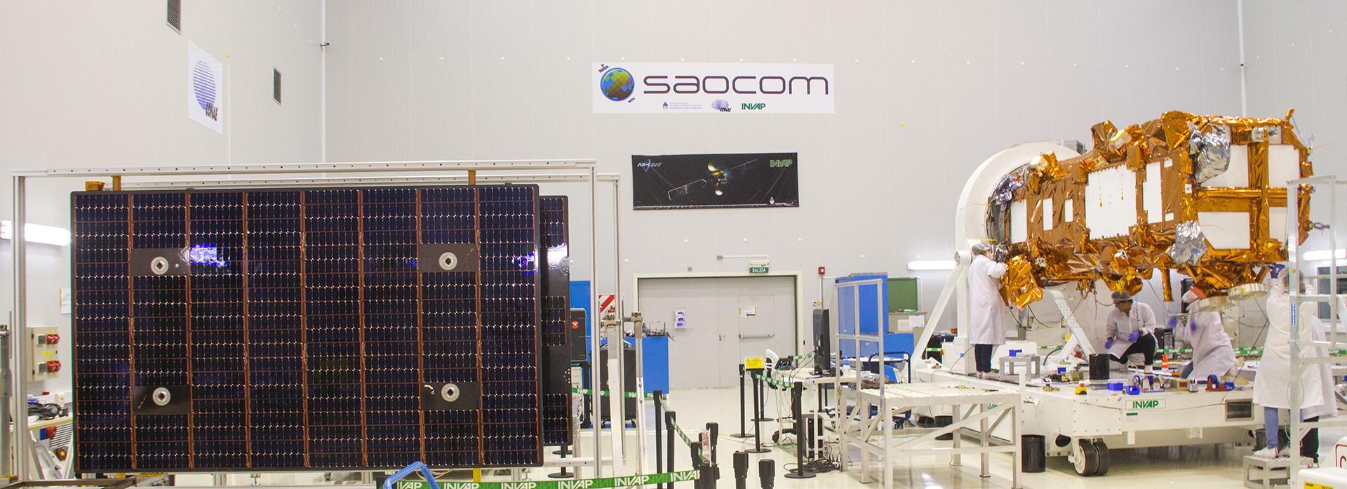 Plataforma satelital y paneles solares en INVAP, una de las empresas que participó en el desarrollo del satélite (CONAE).