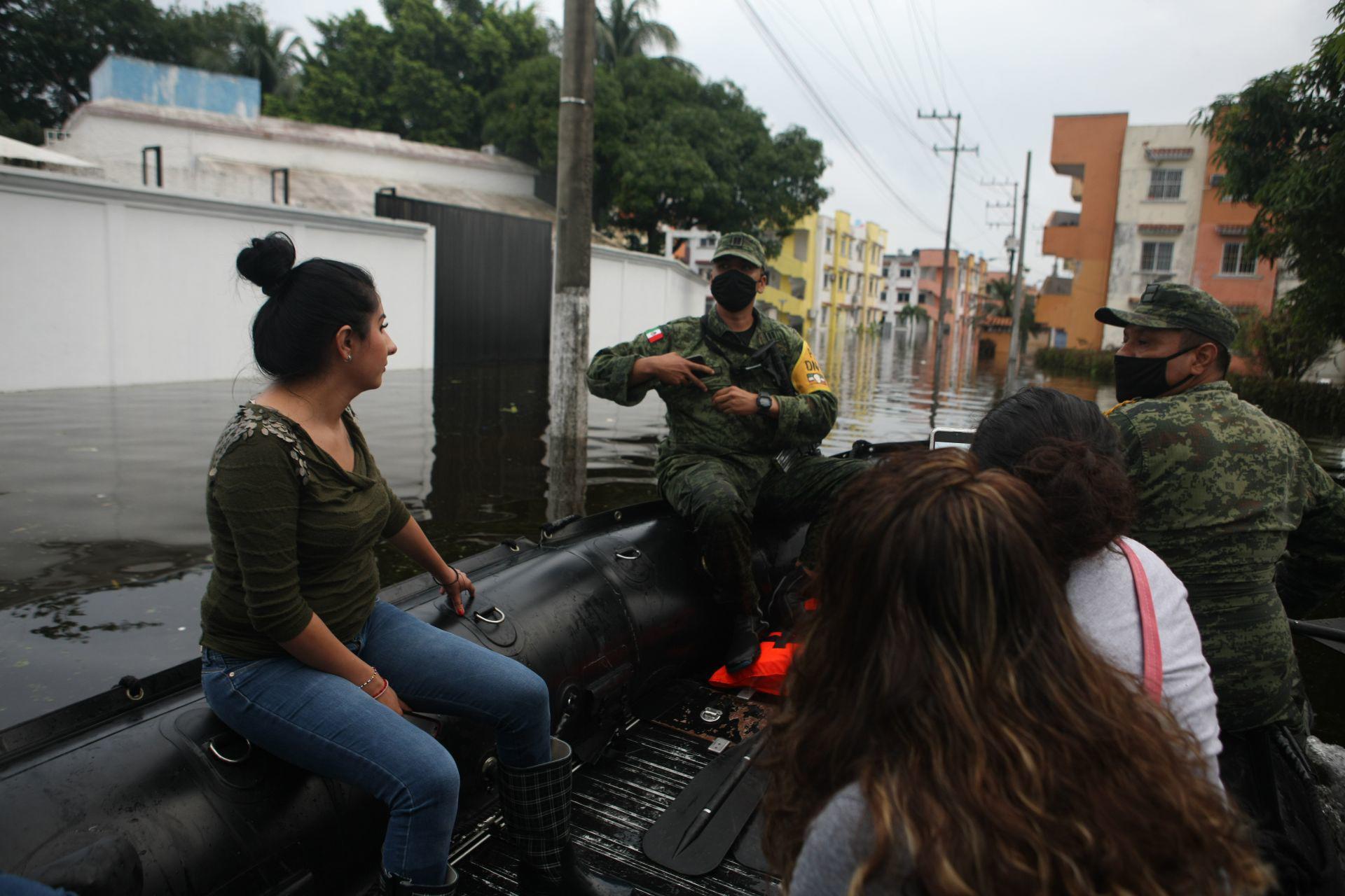 Soldados de la compañía Buzos de Combate de Fuerzas Especiales de la SEDENA ayudan a la población de las rancherías Ixtacomitan, Río Viejo y Boqueron, las cuales están inundadas debido a las lluvias de los últimos días.