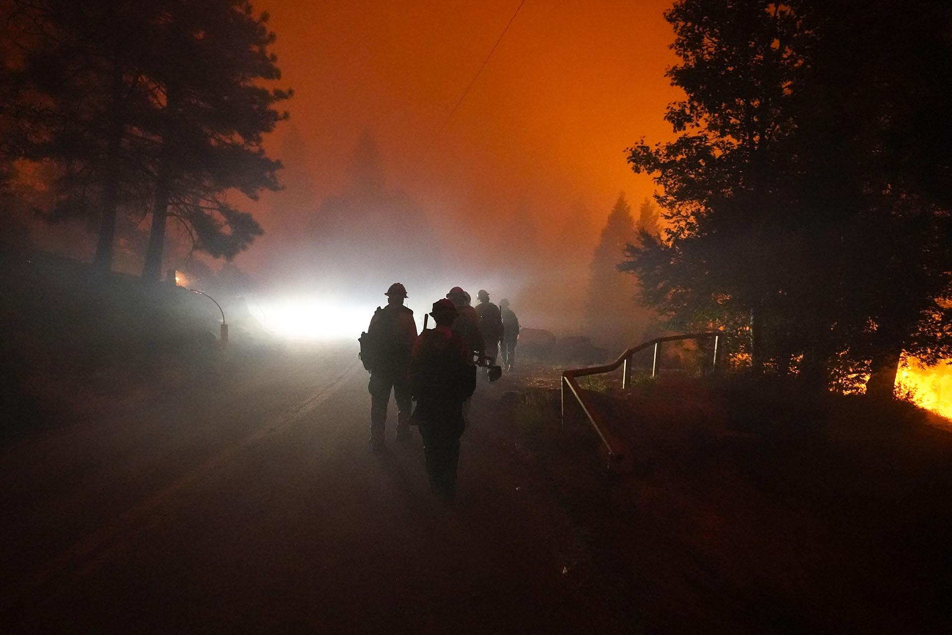 Las órdenes de evacuación estaban vigentes en todo el sur de California el lunes por la tarde. (AP/Marcio Jose Sanchez)