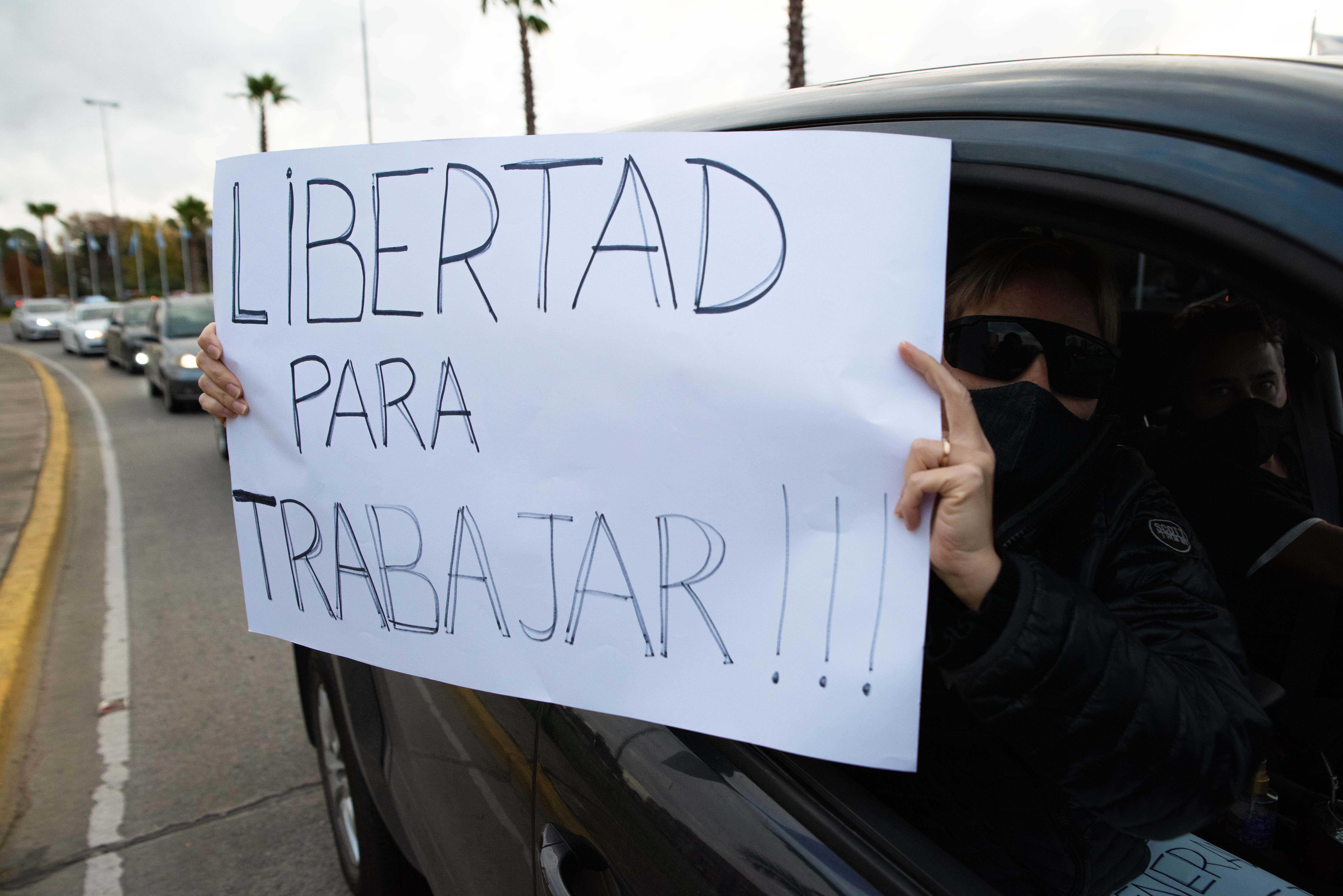 """El 30 de mayo, pese a la prohibición de marchar en auto por parte de la policía y la intimidación del municipio, los vecinos de Tigre realizaron una segunda caravana en forma de protesta pacífica en contra la extensión de la cuarentena y su impacto en la economía, y pidiendo una cuarentena inteligente. A lo largo de casi 7 kilómetros se fueron sumando vecinos de distintas zonas del municipio. La consigna, motorizada por los Vecinos de Tigre en Acción, fue: """"Con barbijo sí, pero nunca con mordaza"""""""