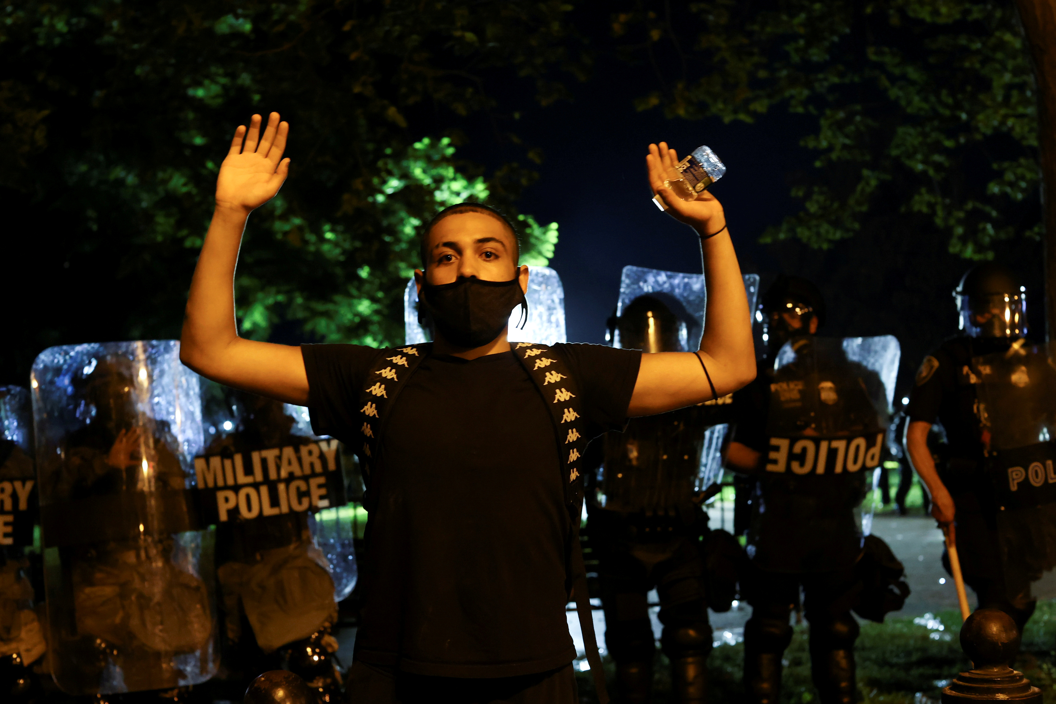 Manifestante levanta los brazos en Washington DC