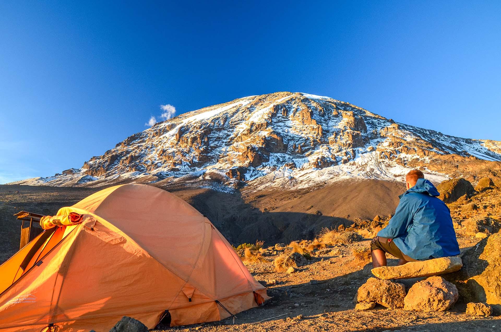 El Monte Kilimanjaro en Tanzania es un volcán inactivo y la montaña independiente más alta del mundo. Si bien el Monte Kilimanjaro es la montaña más alta de África, también es la montaña independiente más alta del mundo, a unos 4900 m de altura desde su base en la meseta