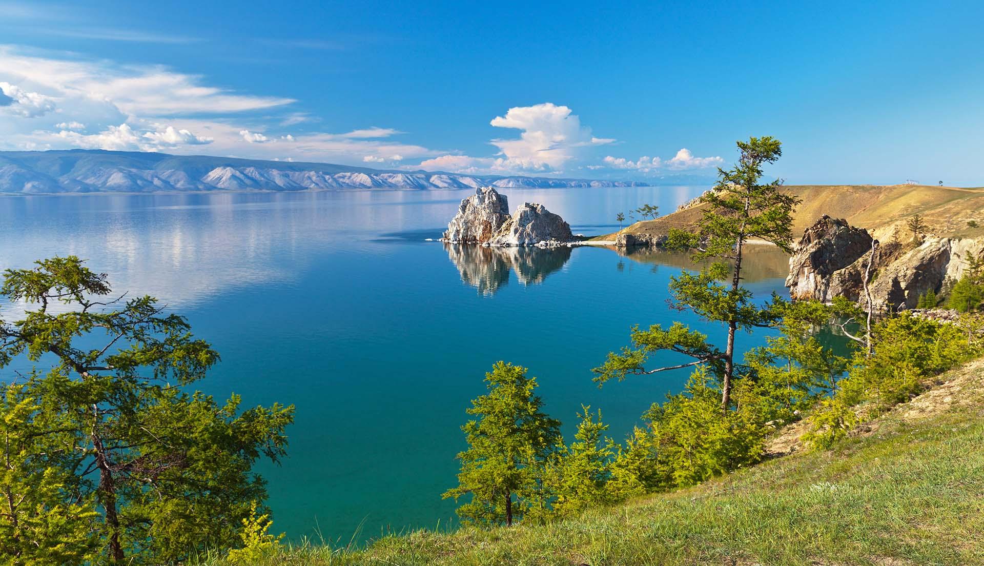 Otro enorme cuerpo de agua que posee récords es el lago Baikal en Rusia, que es el lago más grande y profundo del mundo. El lago Baikal no solo es el lago más profundo del mundo, sino también el lago de agua dulce más grande del mundo en términos de volumen. De hecho, el lago Baikal constituye el 20% del agua dulce del mundo