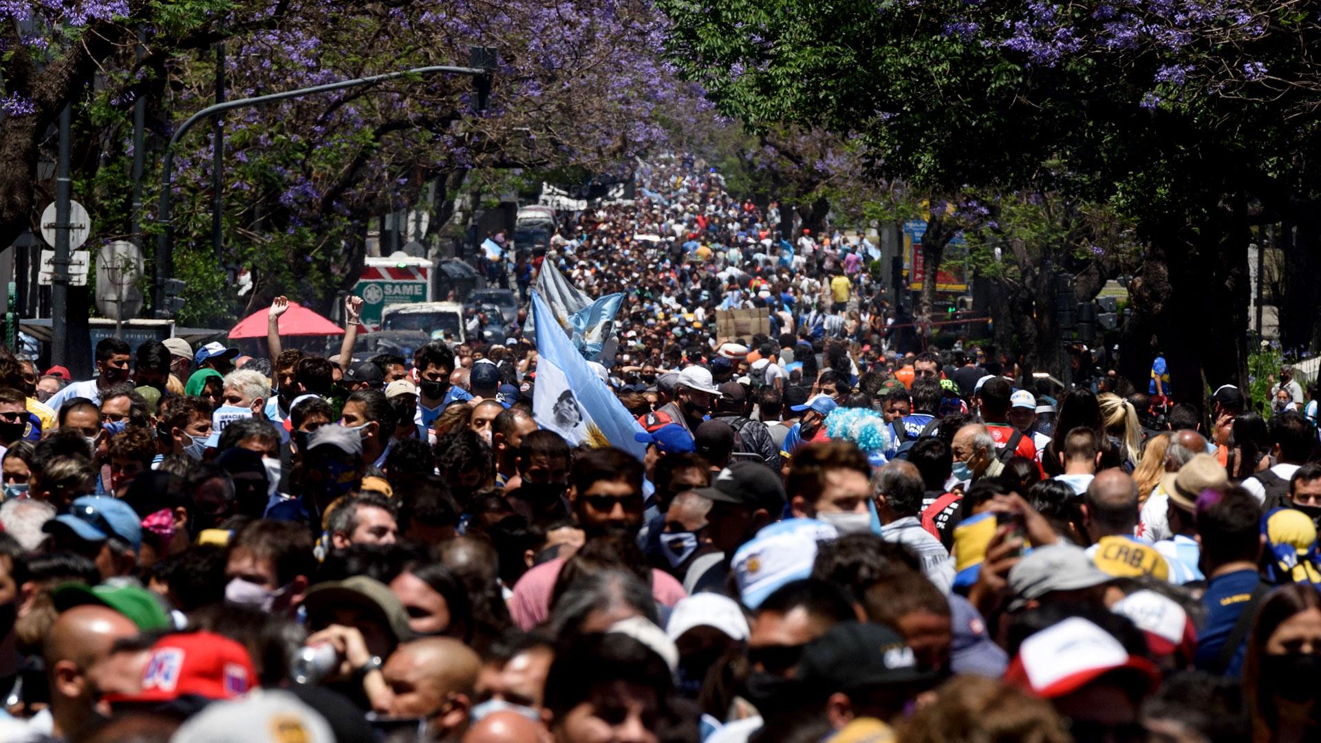 La fila interminable de personas nace en Avenida de Mayo y continúa por Carlos Pellegrini, en la ciudad de Buenos Aires