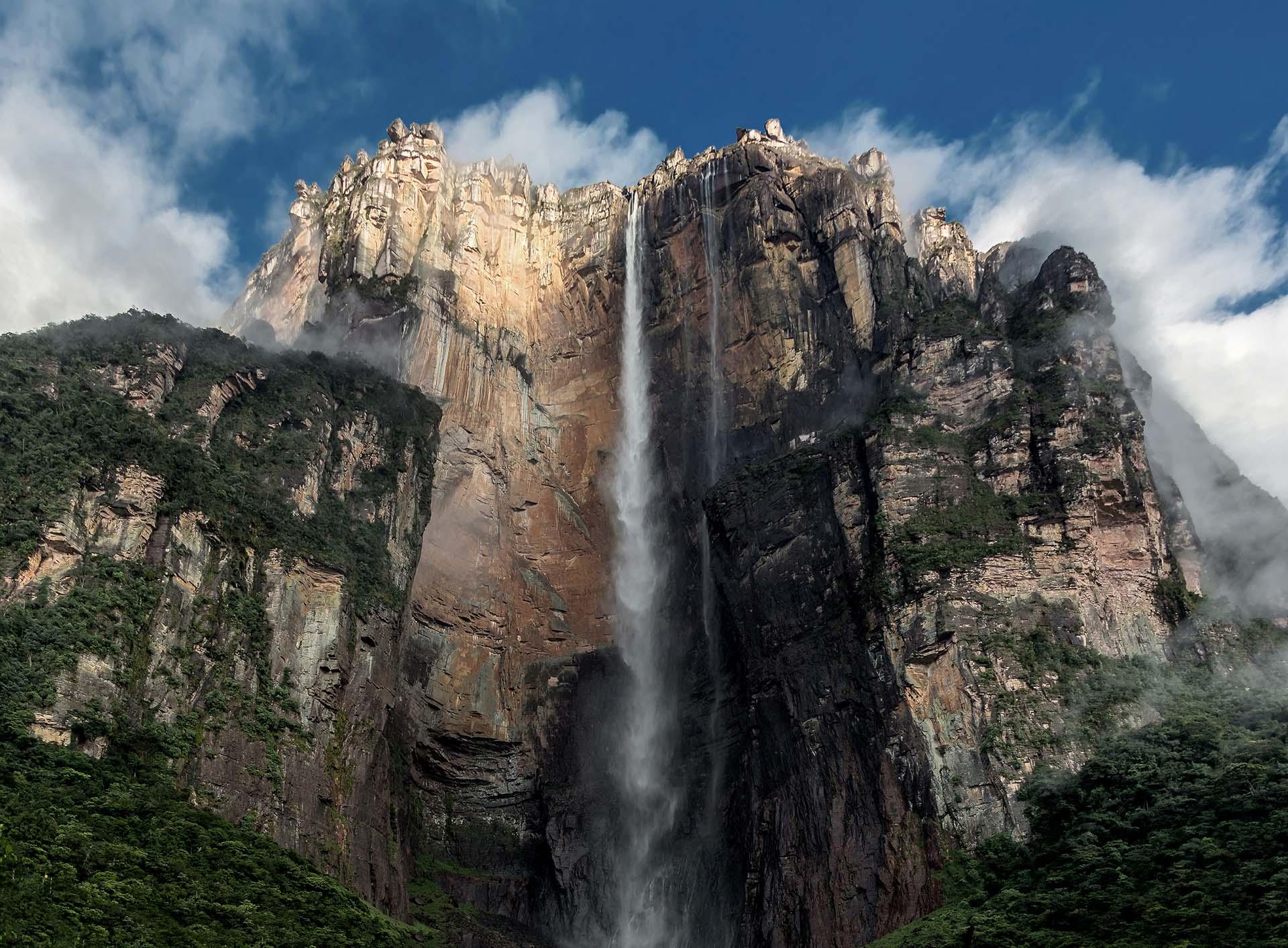 El Salto Ángel es la cascada de agua más alta del mundo, con una altura de 979 m, originada en el Auyantepuy. Las cataratas se formaron en parte por estructuras montañosas conocidas como tepuyes, que sobresalen del suelo y ayudan a crear un ambiente ideal