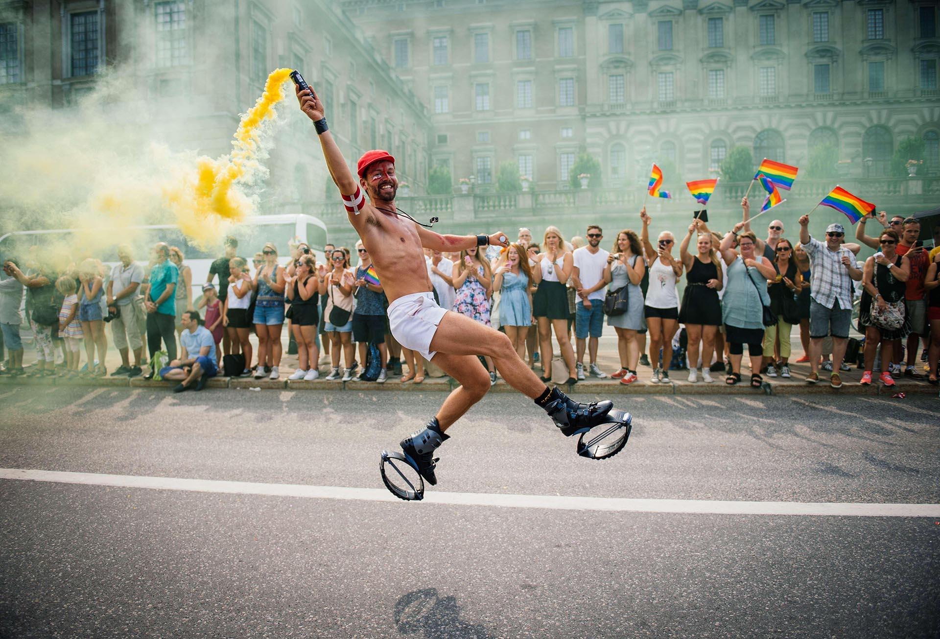 Un participante baila durante el Desfile del Orgullo el 2 de agosto de 2014 en Estocolmo.