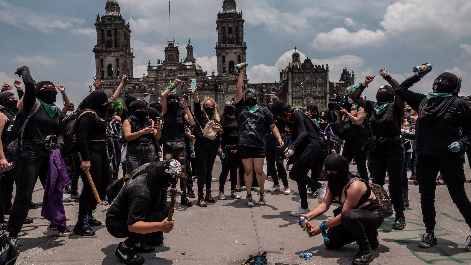 El contingente partió de Monumento a la Revolución hasta la plancha del Zócalo Capitalino, en el transcurso hubo percances entre manifestantes y elementos de seguridad (Foto: Cuartoscuro)