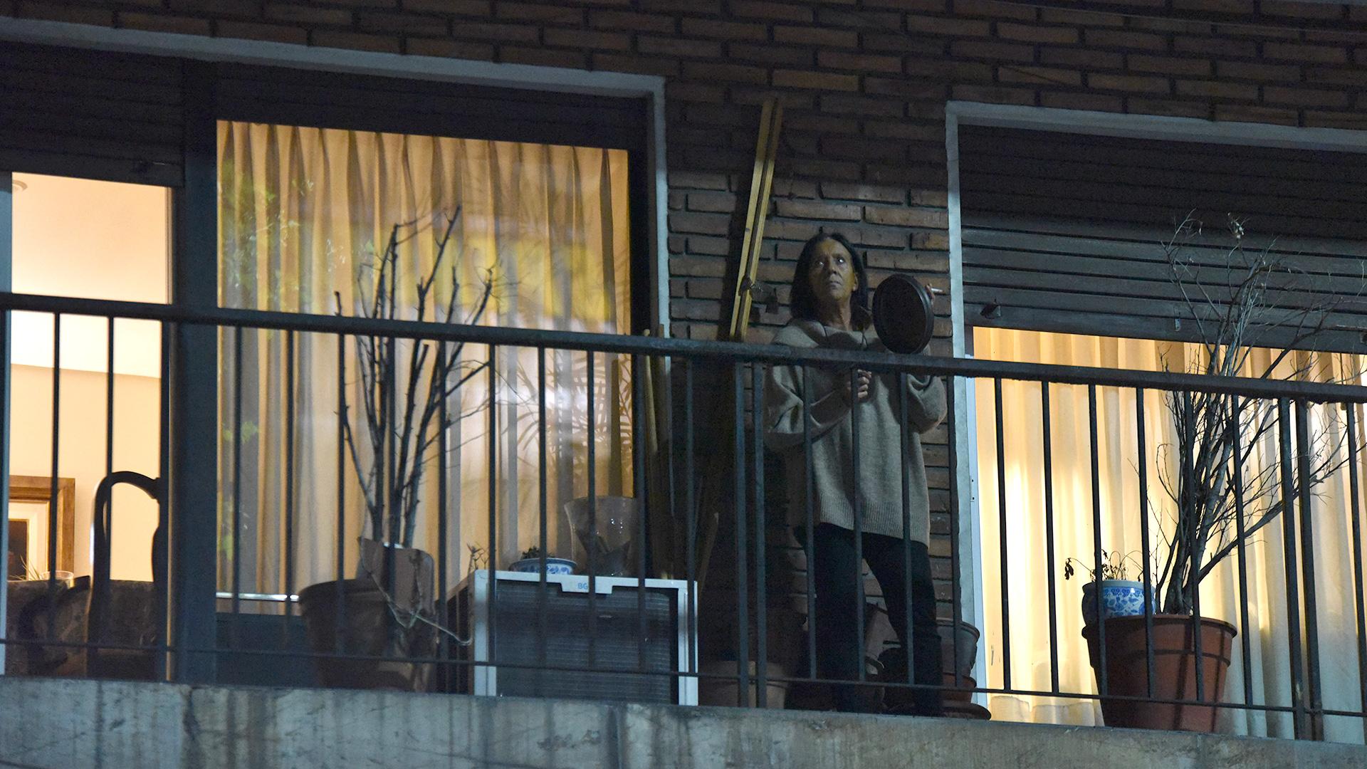 La gente salió masivamente a los balcones para participar de la manifestación.