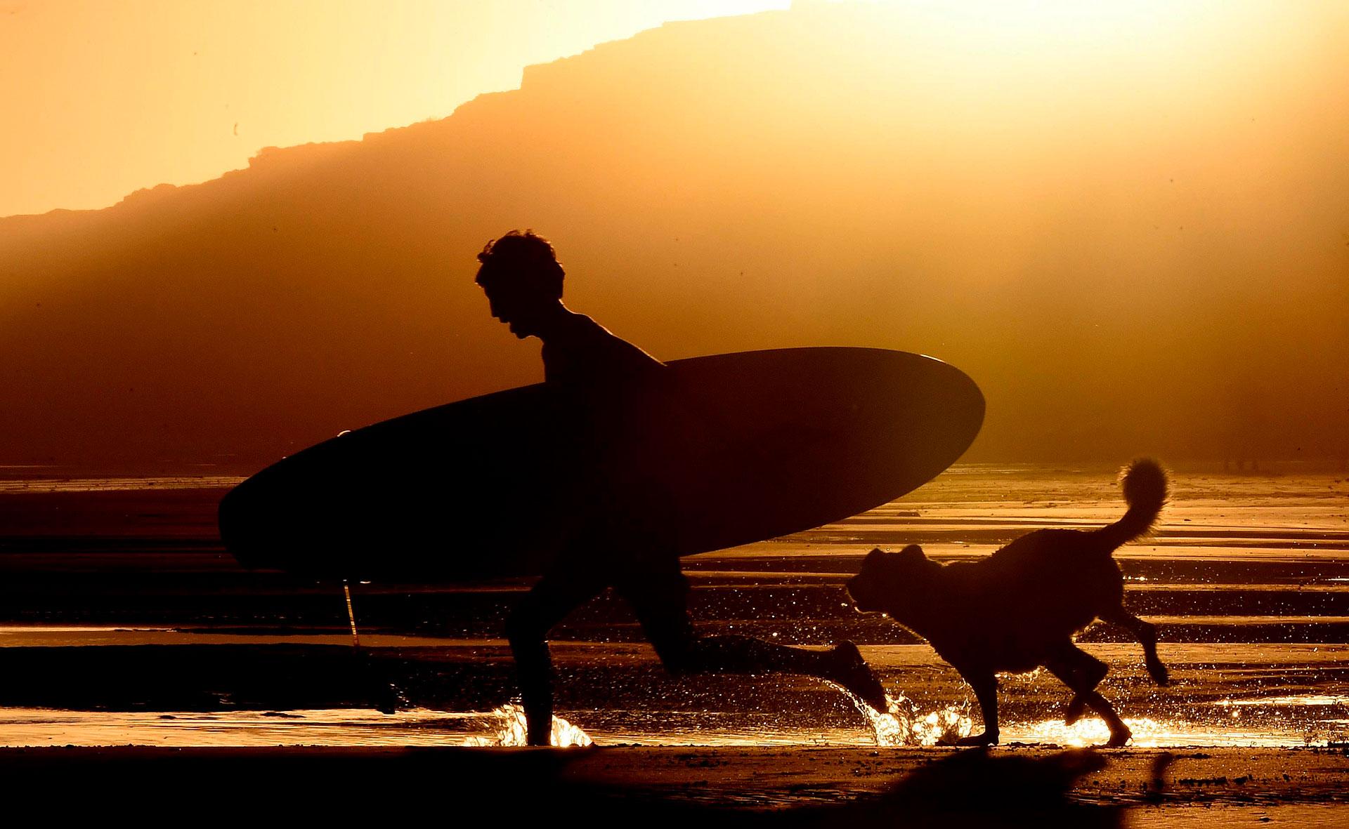 En medio de una intensa ola de calor, las playas de Viedma, en Río Negro, se transformaron en el único refugio para sus visitantes debido a las altas temperaturas que llegaron hasta 48 grados