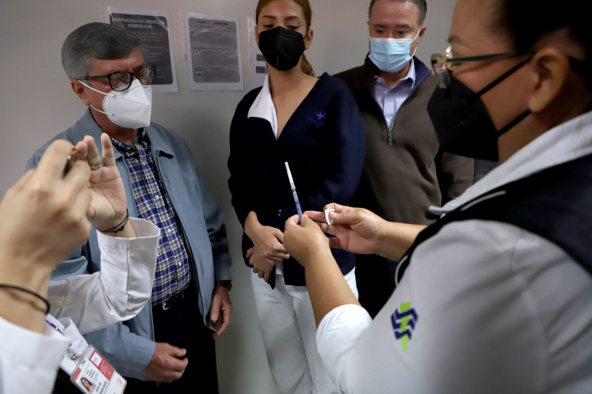 Daniela Castro, enfermera asignada al área de vacunas del Hospital de la Mujer en Culiacán, fue la primer integrante del Ejército blanco a la cual se le aplicó la vacuna contra el Covid-19. El Gobierno de México envió ayer el primer paquete de 8 mil 800 vacunas y hoy en la mañana inició el programa de vacunación en dicho hospital. Los primeros en recibir la dosis contra el virus será el personal médico de 26 unidades médicas del estado. Culiacán, México. 13 de enero de 2021.