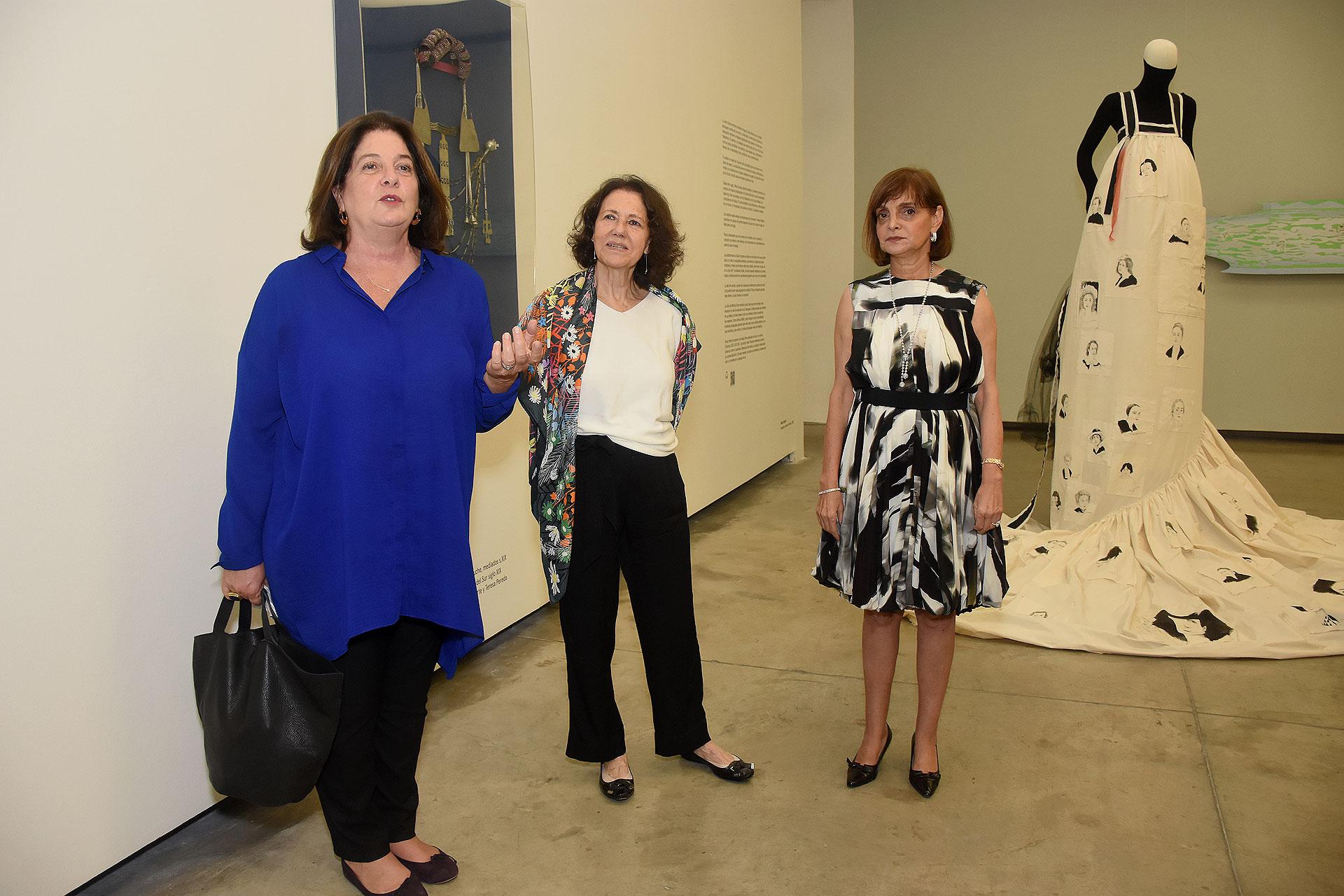 Adriana Rosenberg, directora de la Fundación Proa, junto a Mini Zuccheri y Claudia Stad