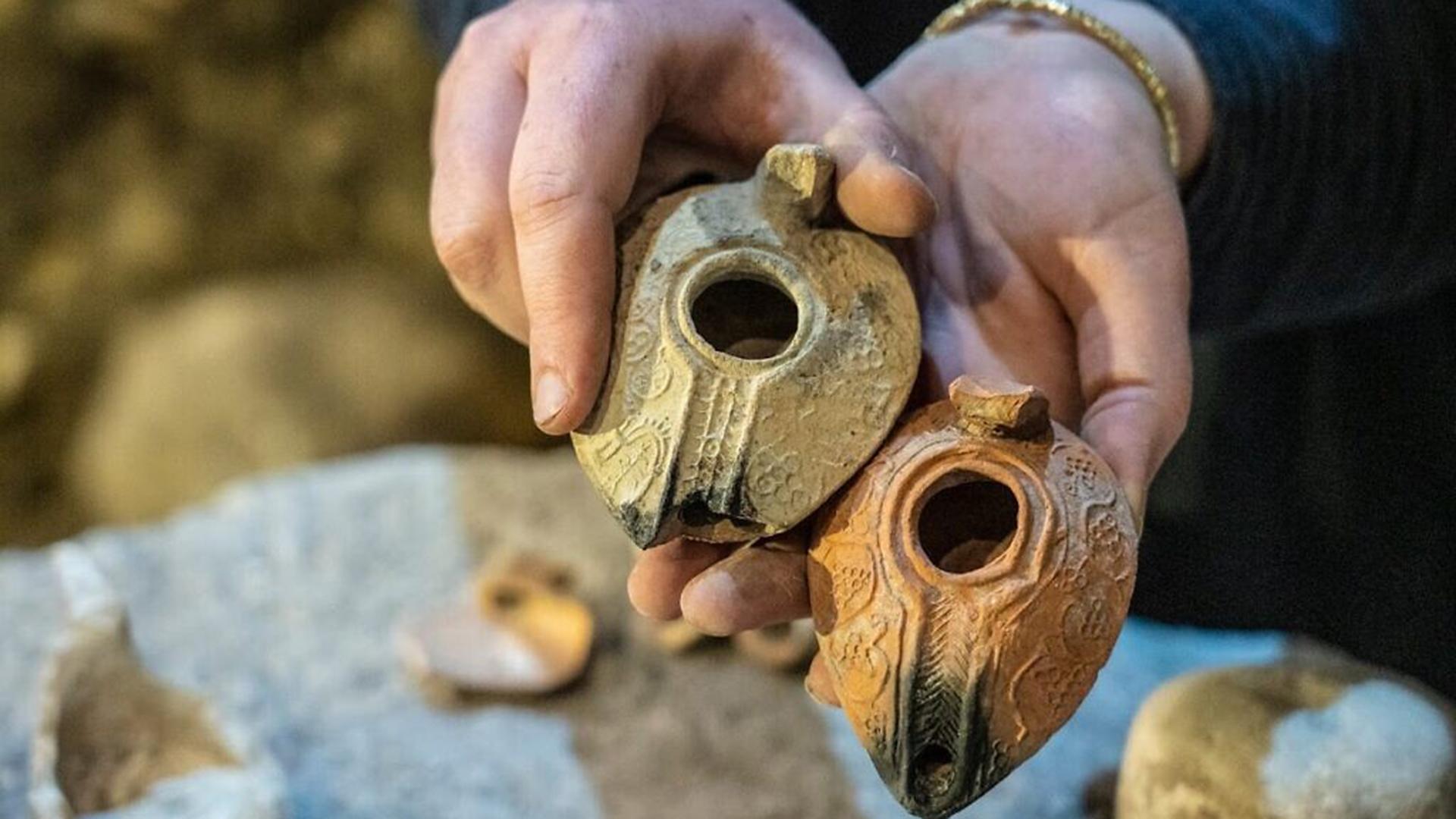 Entre otras cosas, hallaron vasijas de cocina de loza, un núcleo de lámparas de queroseno, una taza de piedra relacionada exclusivamente con los sitios judíos del Segundo Templo, y un fragmento de qalal, un gran depósito de piedra utilizado para almacenar agua, que se pensaba que estaba relacionado con las prácticas rituales judías de pureza