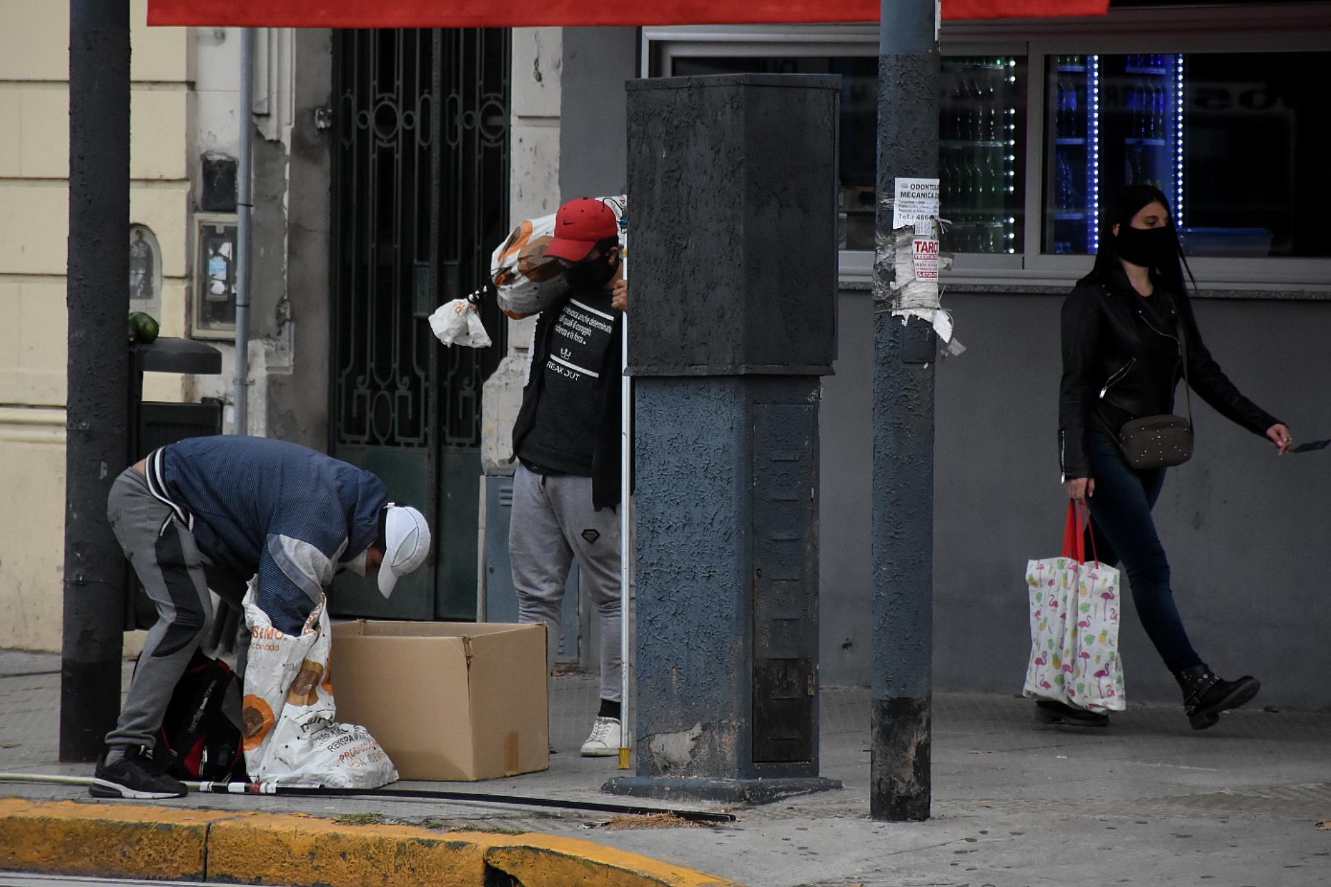 Muchas organizaciones no gubernamentales asisten a las personas en situación de calle: organizan ollas para darles de comer en puntos clave de la ciudad o entregan abrigos. La pandemia complicó la organización de estos operativos.