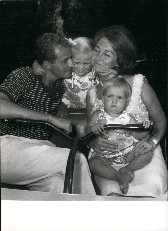 Sofía de Grecia, orgullosamente sostiene a su pequeña hija, la princesa Helena, en su casa de Madriden 1953 (Shutterstock)