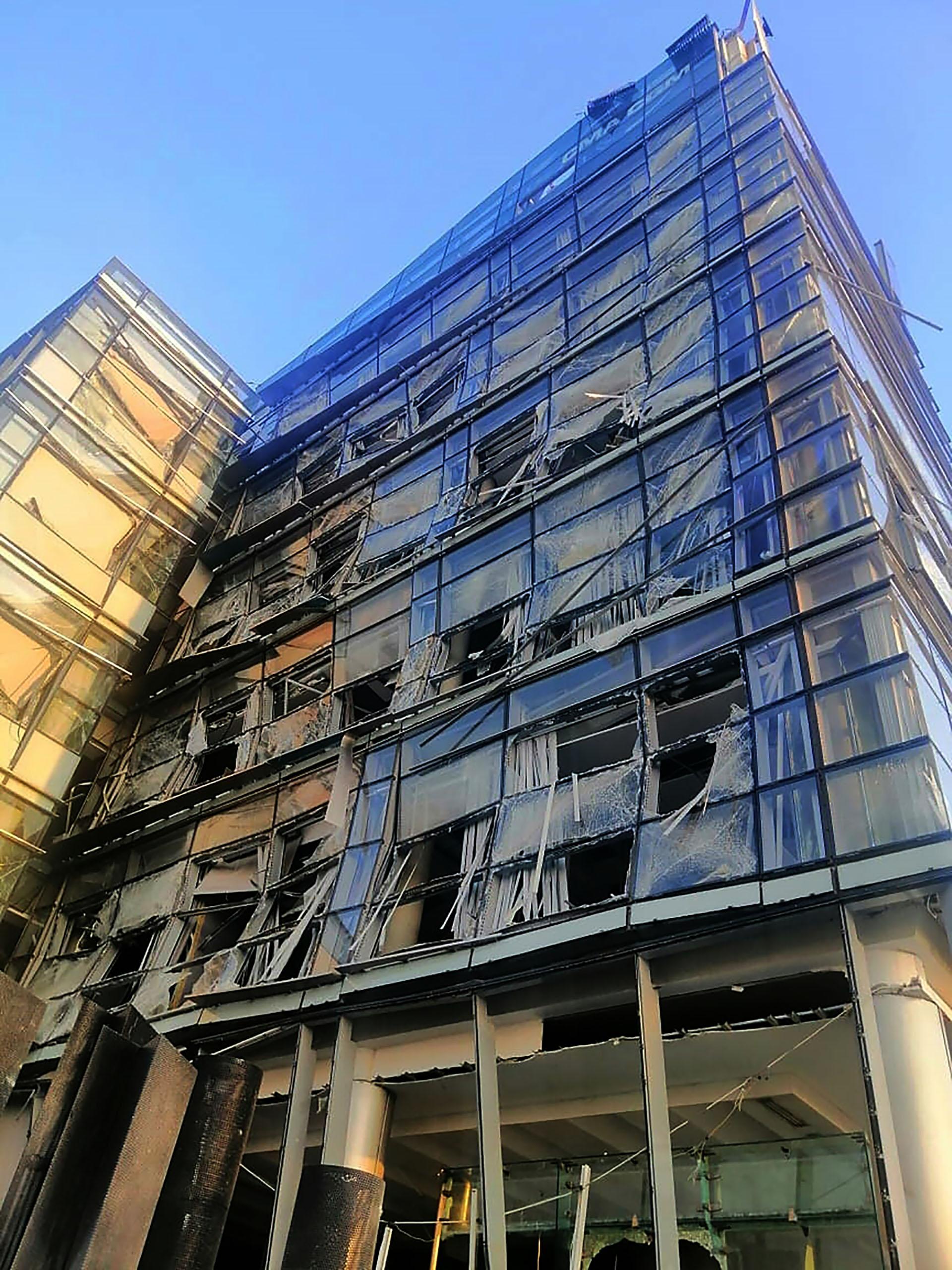 El frente de un edificio, muy dañado por la explosión (AFP)