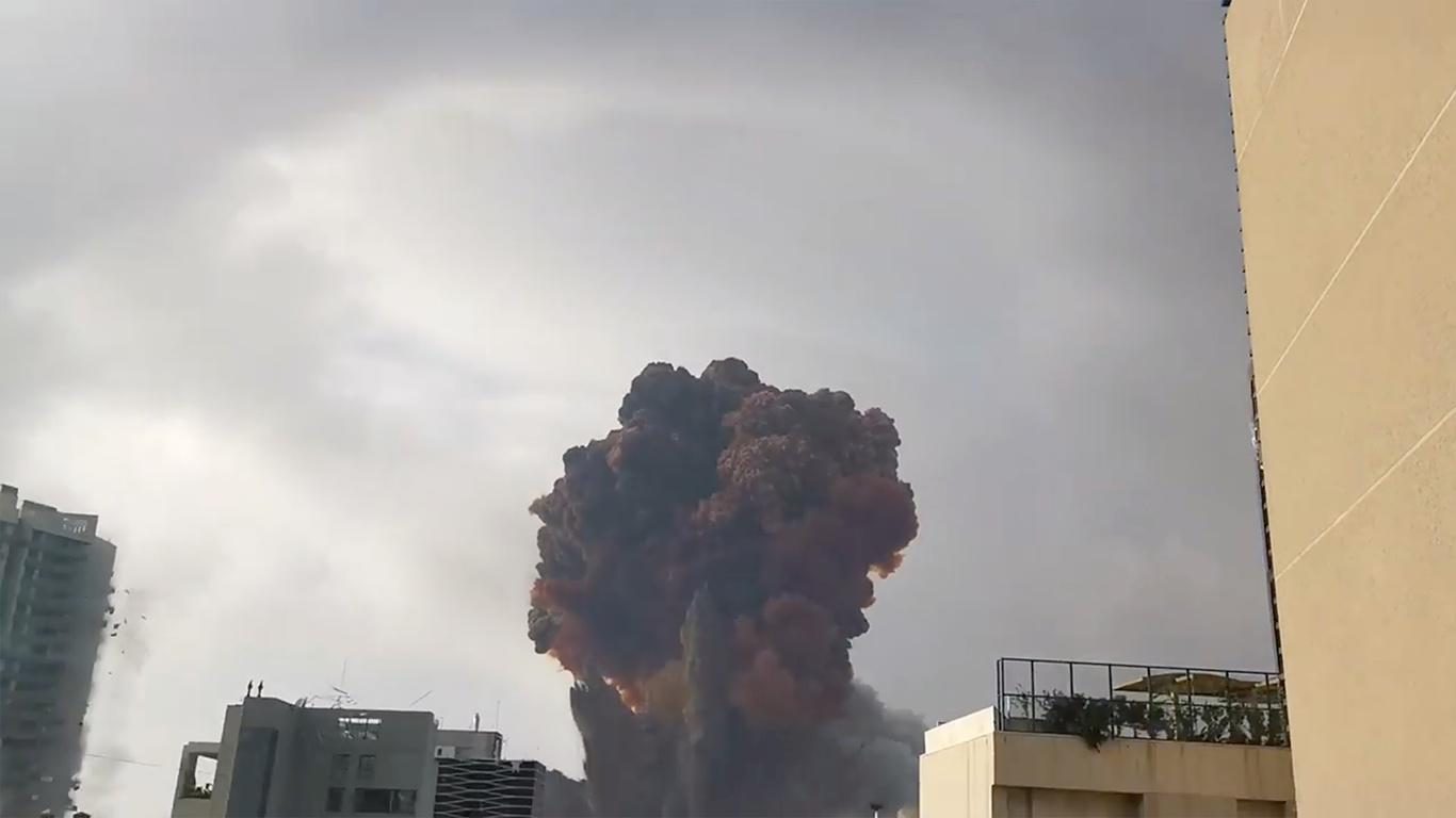 El humo cubrió toda la zona del puerto de la capital libanesa (Karim Sokhn/Instagram/Ksokhn / Thebikekitchenbeirut/ vía Reuters)