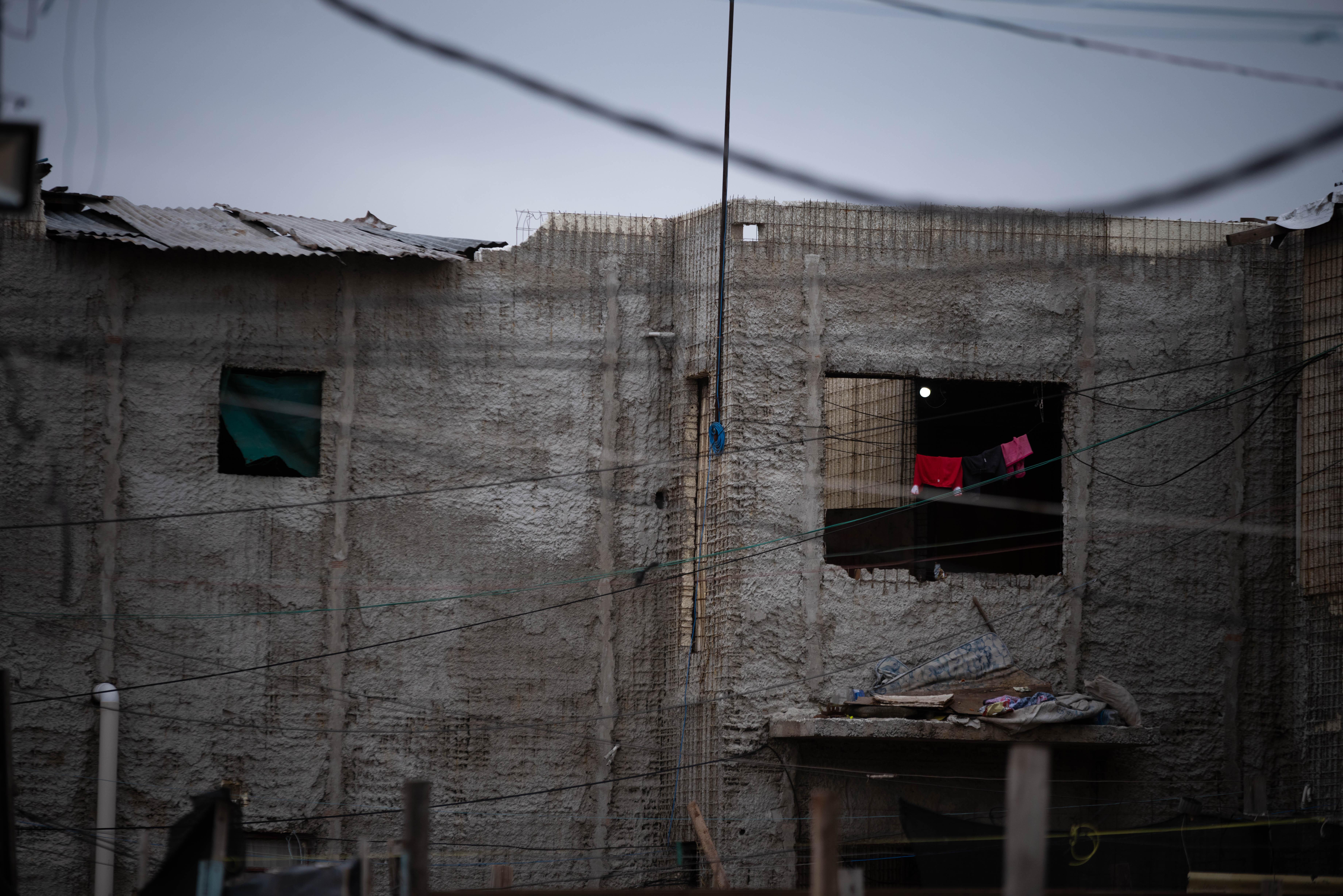A pesar de que en la zona de Avellaneda se construyeron viviendas durante los últimos 15 años, en Quilmes los proyectos quedaron a medio terminar y las casas fueron ocupadas, aunque algunas no tienen ni techo
