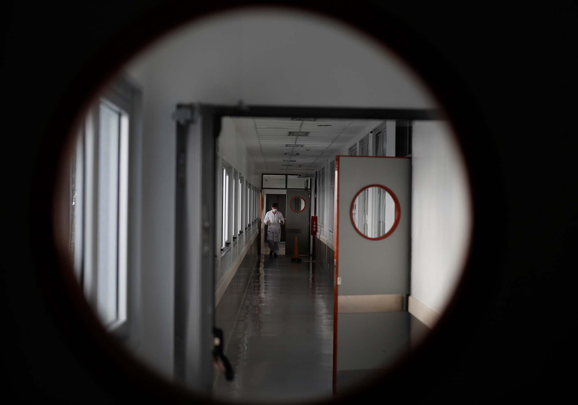 Un trabajador de la salud es atendido en el hospital El Cruce, en Florencio Varela, mientras continúa la propagación del COVID-19
