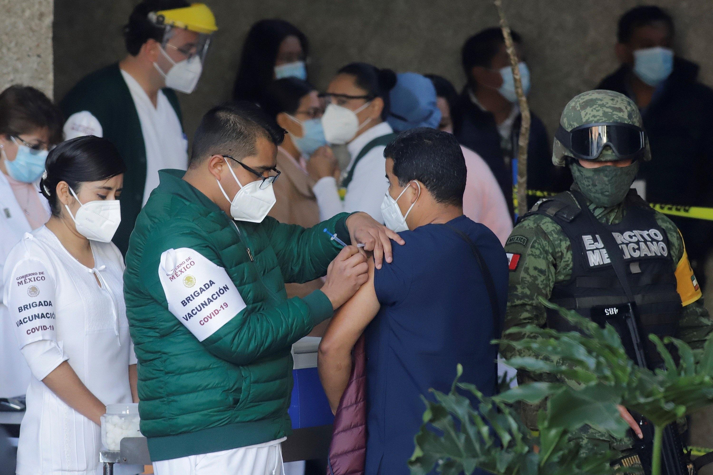 Personal de salud fue registrado al recibir la dosis de la vacuna contra la COVID-19, en un Hospital del Instituto Mexicano del Seguro Social (IMSS), en el estado de Puebla, México. 13 de enero de 2021.