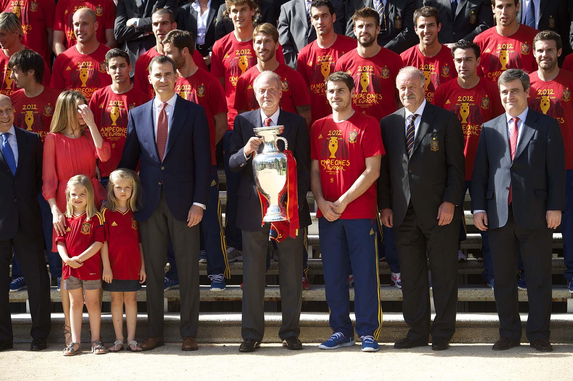 El rey Juan Carlos con la selección de España en julio de 2012 junto Iker Casillas y Vicente del Bosque y la Eurocopa, director técnico nacional (Shutterstock)