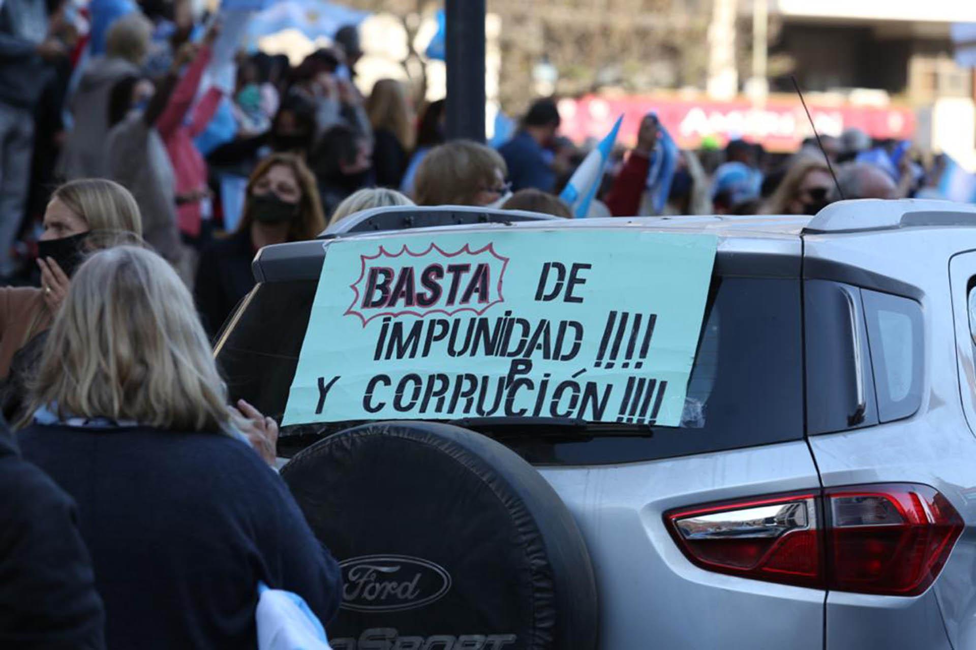 En Rosario, la marcha se realizó de forma pacífica. La mayoría de los manifestantes usó barbijo, aunque en el epicentro de la protesta, las personas no mantenías la distancia social recomendada de dos metros (Leo Galletto)