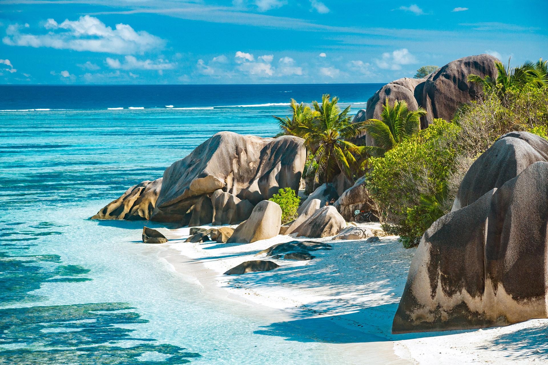 El país insular en el Océano Índico obtiene el 25,74% de su PIB del turismo. Ha permitido algunos visitantes desde el 1 de junio, siempre que provengan de países aprobados y tengan pruebas de una prueba negativa, entre otros requisitos. Además, ha prohibido los cruceros hasta finales de 2021