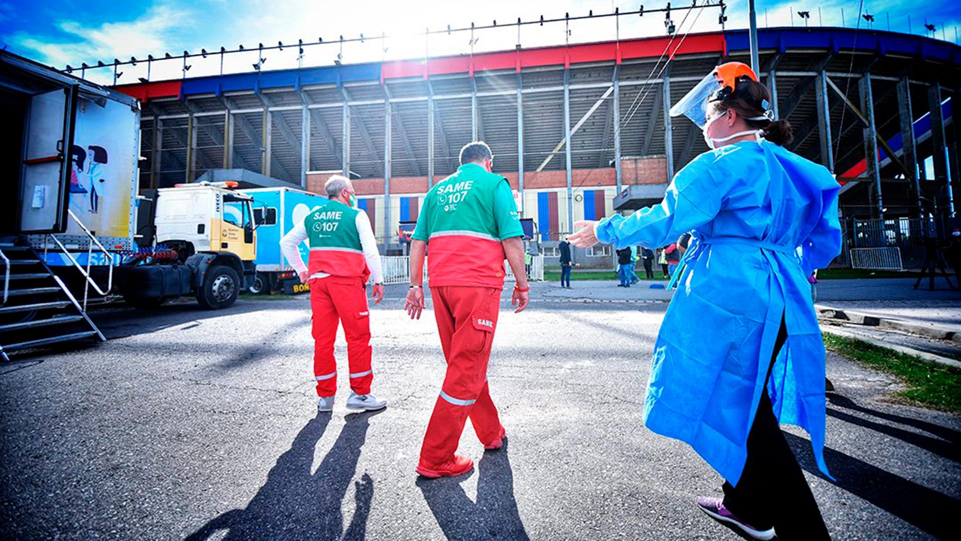 El 12 de mayo, dos meses después del último partido como local, San Lorenzo de Almagro cedió las instalaciones del estadio para instalar unidades sanitarias móviles y un centro de atención médica. El motivo: servir de soporte logístico para la realización de testeos masivos a los vecinos del barrio Padre Ricciardelli, la llamada Villa 1-11-14, donde por esos días se habían detectado 130 casos positivos de COVID-19.