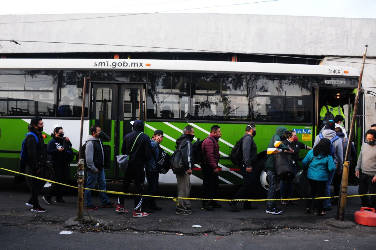 11 de enero de 2021. Ciudad de México. Decenas de personas se concentraron afuera de la estación Pantitlán de la Línea 5 y 1 del STC Metro para abordar los autobuses que fueron empleados como apoyo para este transporte público debido al incendio que sufrió la oficina central que mantiene a las Líneas 1,2,3,4,5 y 6 sin funcionar, lo que provocó un caos para las personas que buscaban llegar a sus destinos durante este semana de inicio de labores.