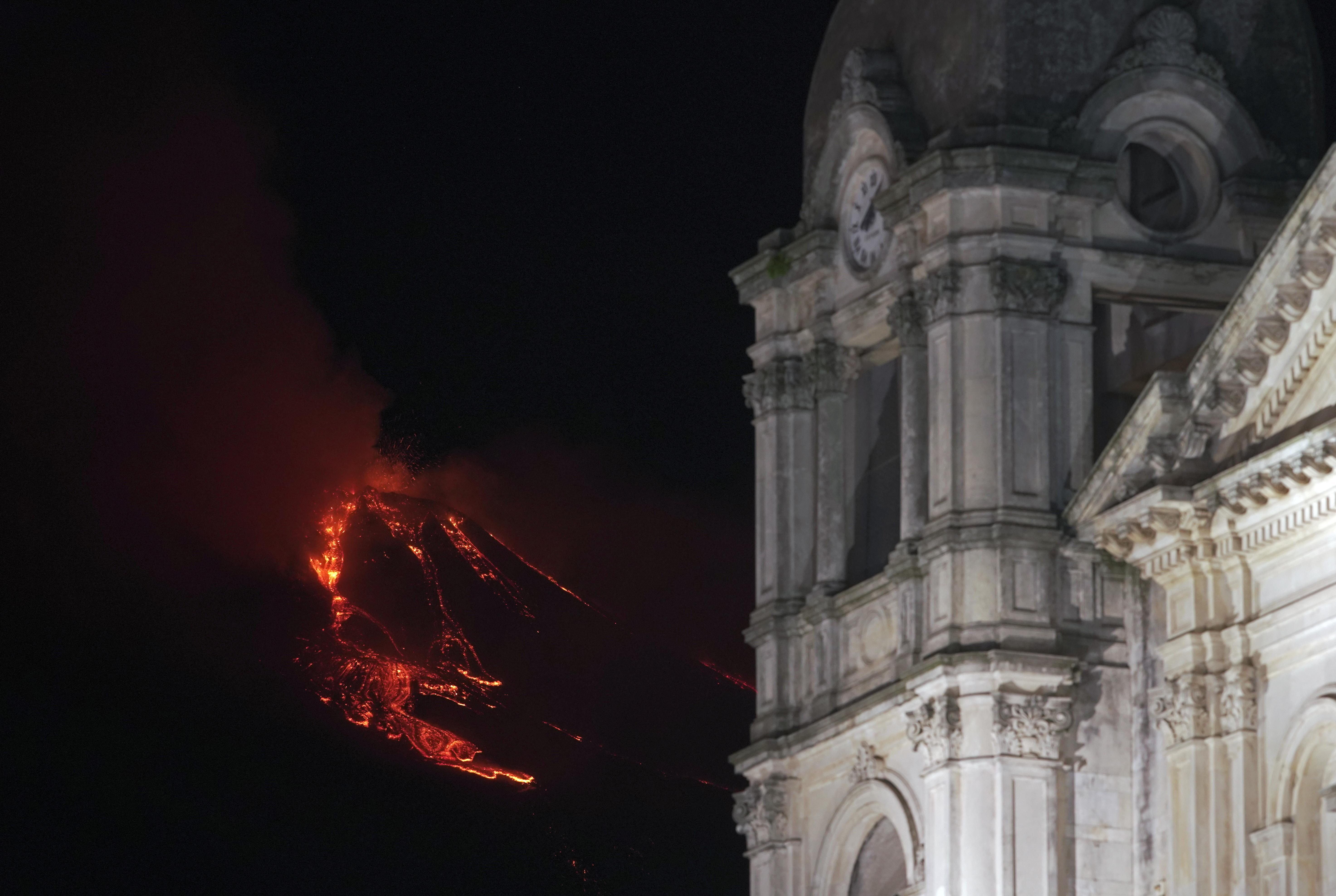 El cielo de la ciudad de Zafferana, Italia se iluminó con la erupcion del volcan Etna (Foto: Reuters/Antonio Parrinello)