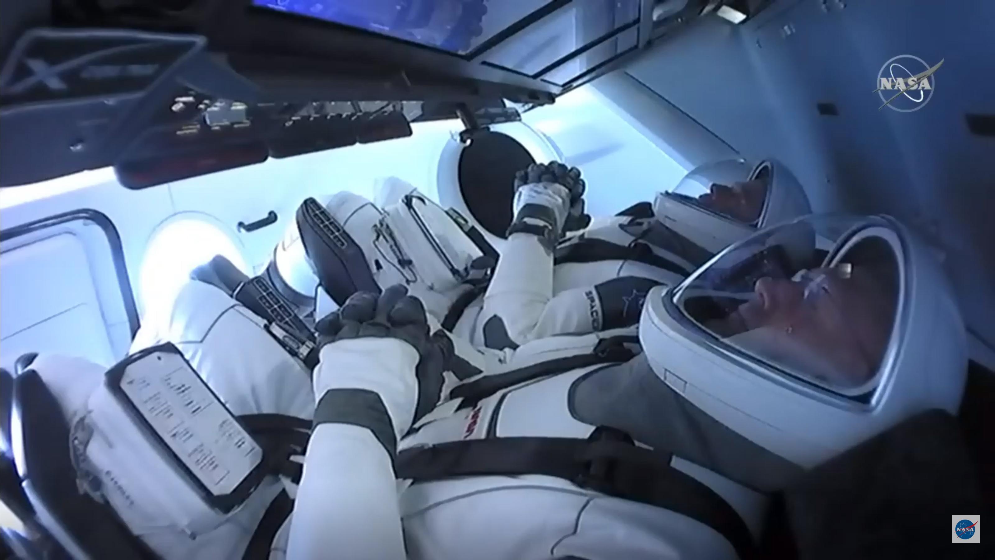 En esta imagen fija tomada por la NASA TV, los astronautas de la NASA Bob Behnken (atrás) y Doug Hurley están atados en la cápsula SpaceX Crew Dragon en el Centro Espacial Kennedy, listos para despegar