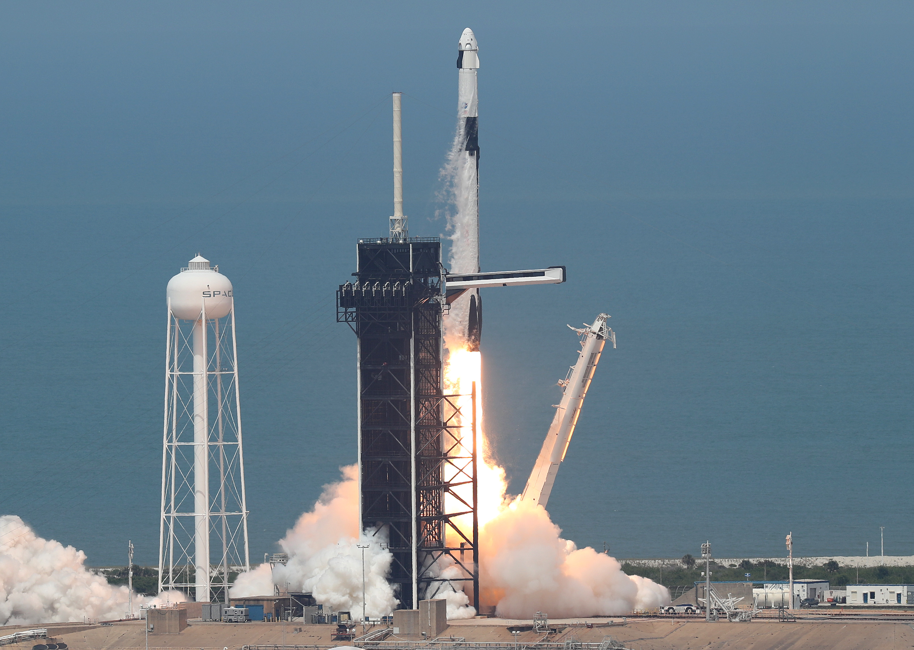 Los astronautas de la NASA Bob Behnken y Doug Hurley despegaron hoy en un vuelo inaugural y son los primeros desde el final del programa del transbordador espacial en 2011 en ser lanzados al espacio desde los EEUU