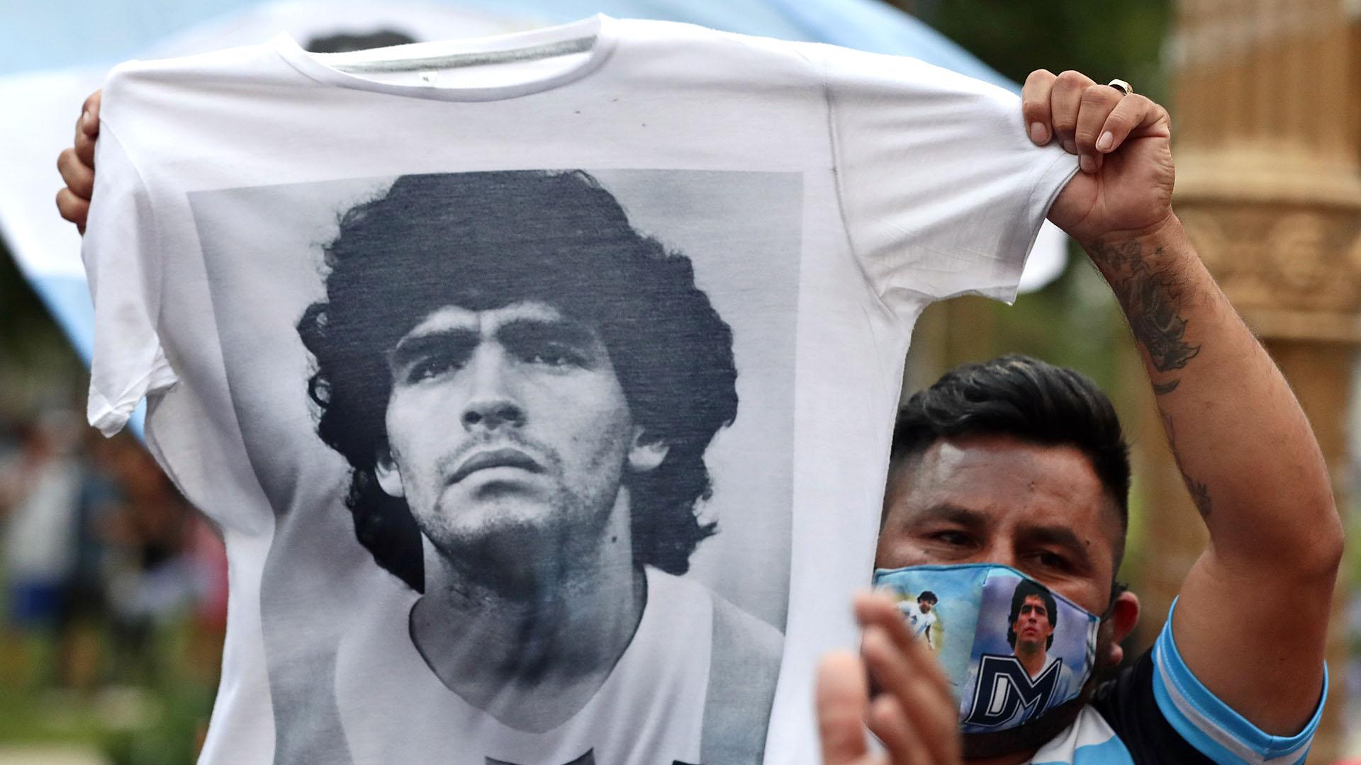 Otros fanáticos llevaron sus ofrendas y recuerdos personas para despedir al ídolo